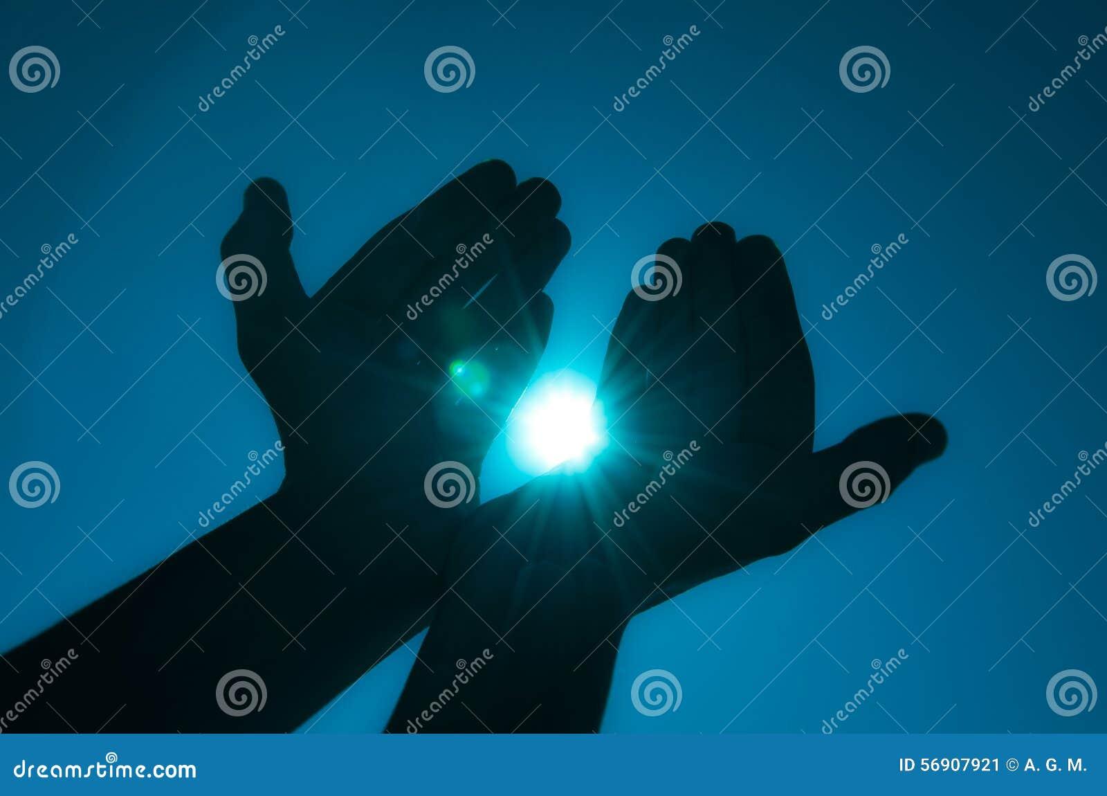 Hände, die Licht halten