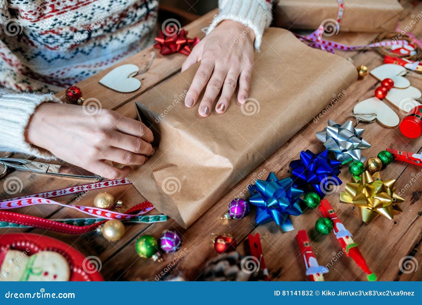 Hände, Die Weihnachtsgeschenk Einwickeln Stockfoto - Bild von ...