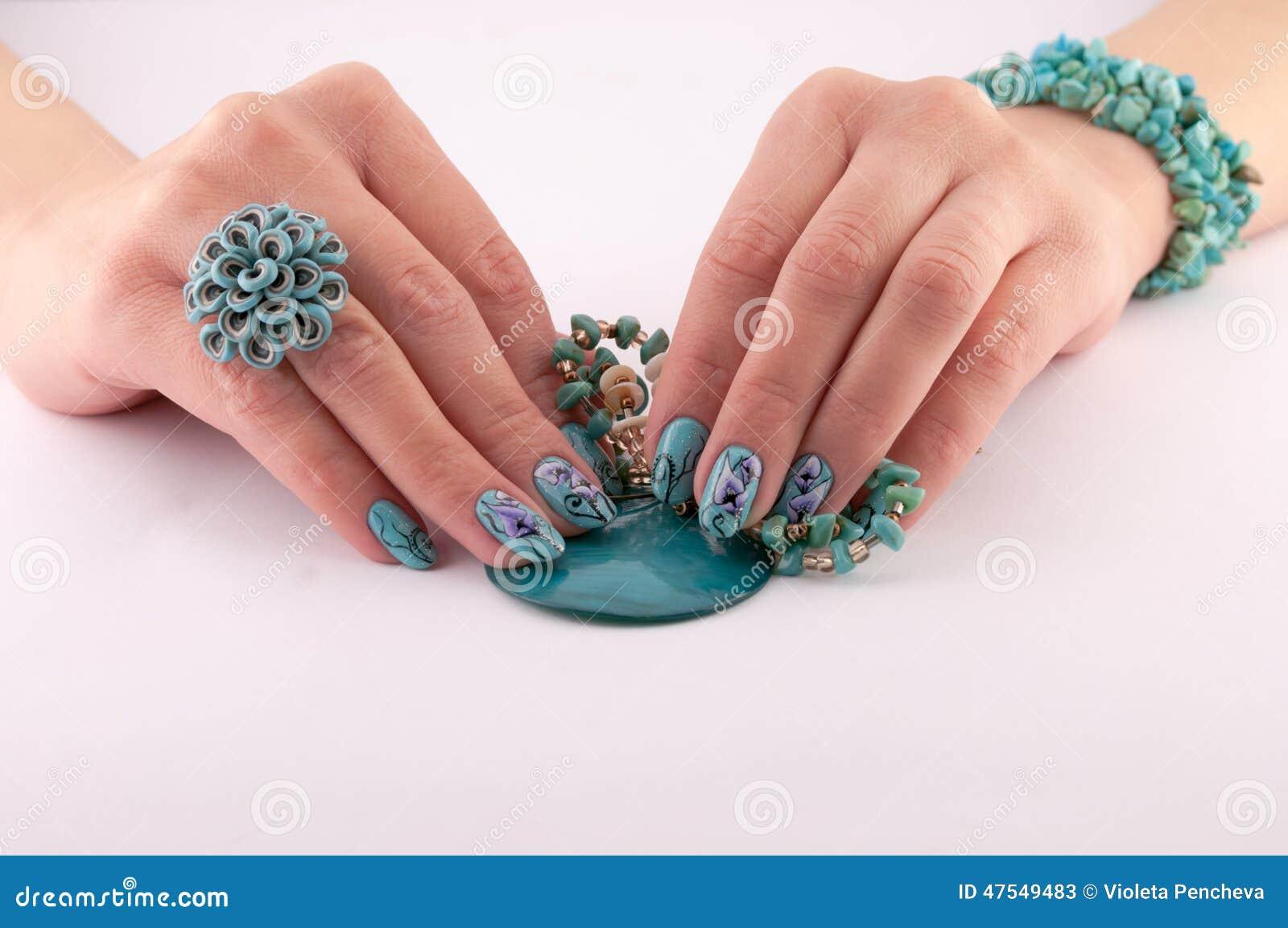 Hände, Gemalte Nägel Und Schmuck Stockbild - Bild von fingernägel ...