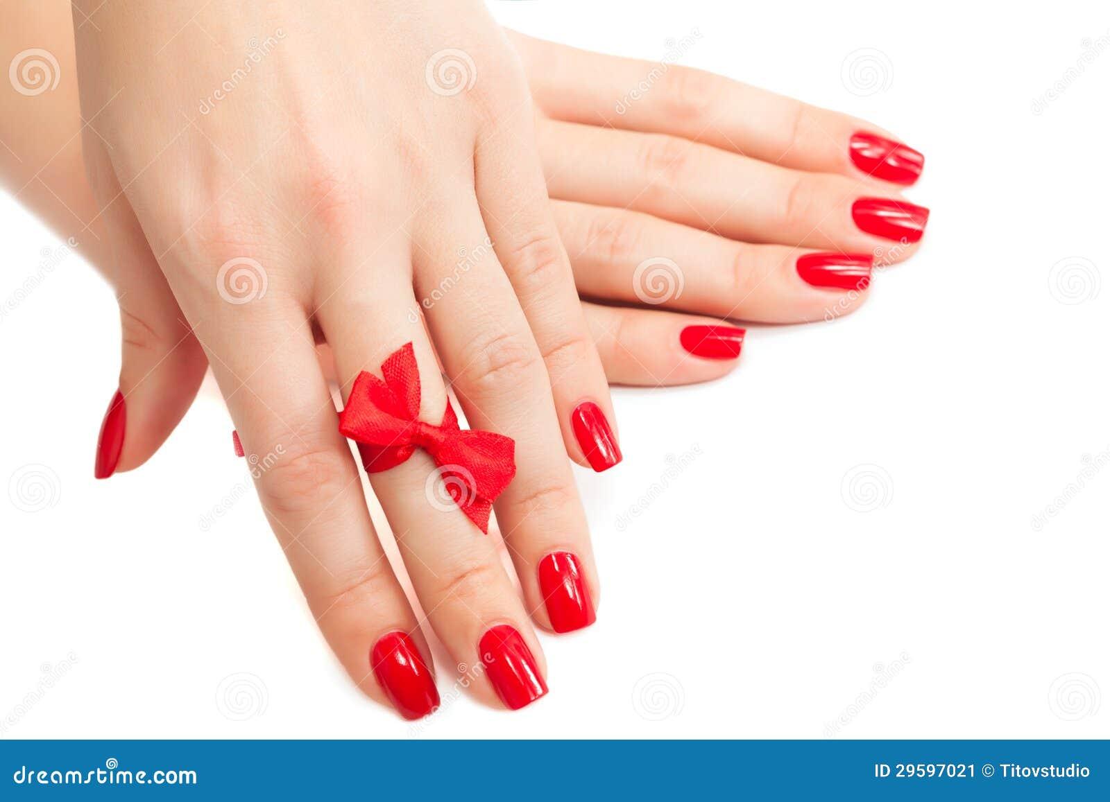 Hände mit roter Maniküre