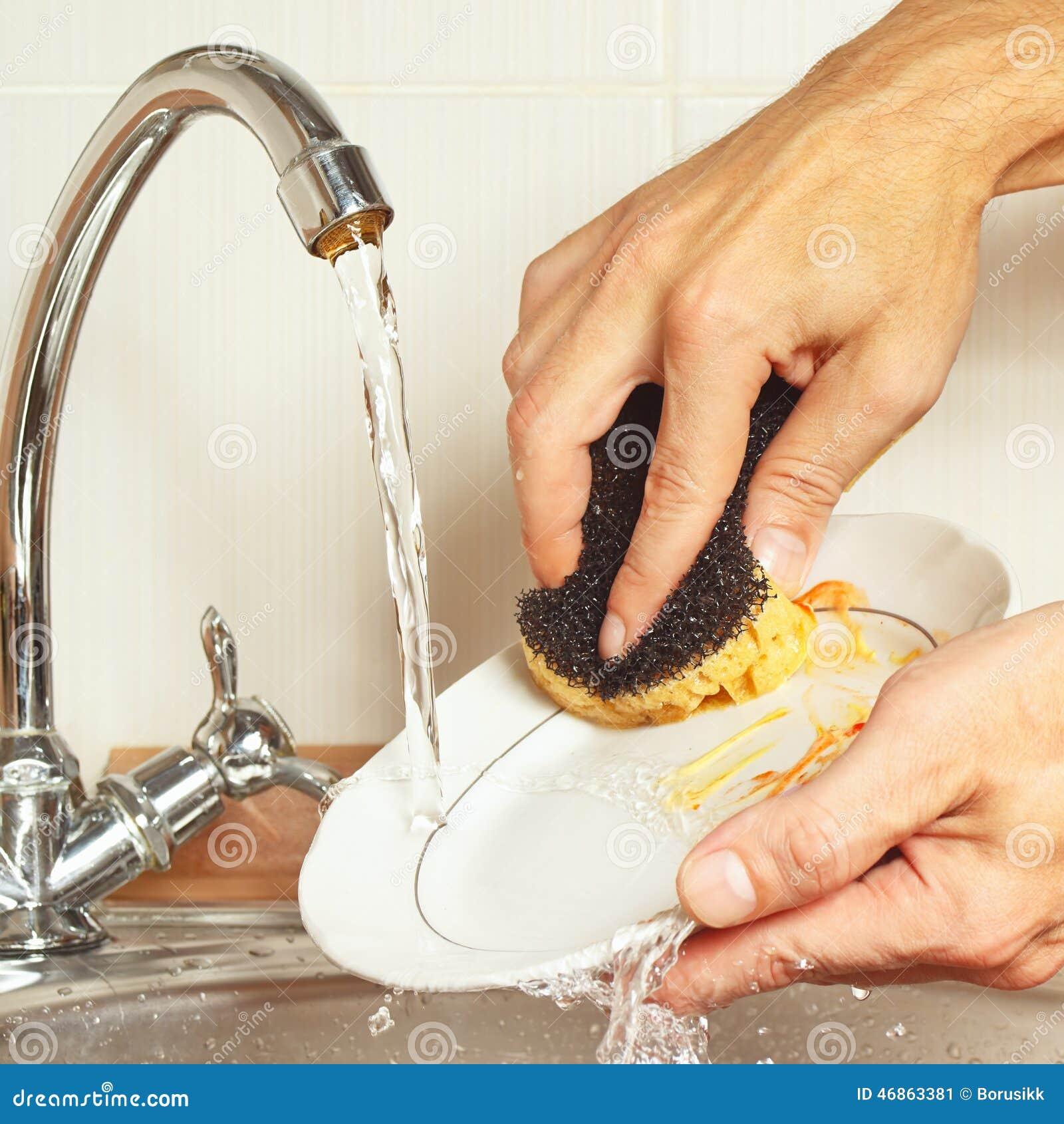 h nde mit schwamm waschen die schmutzigen teller unter flie endem wasser in der k che stockfoto. Black Bedroom Furniture Sets. Home Design Ideas
