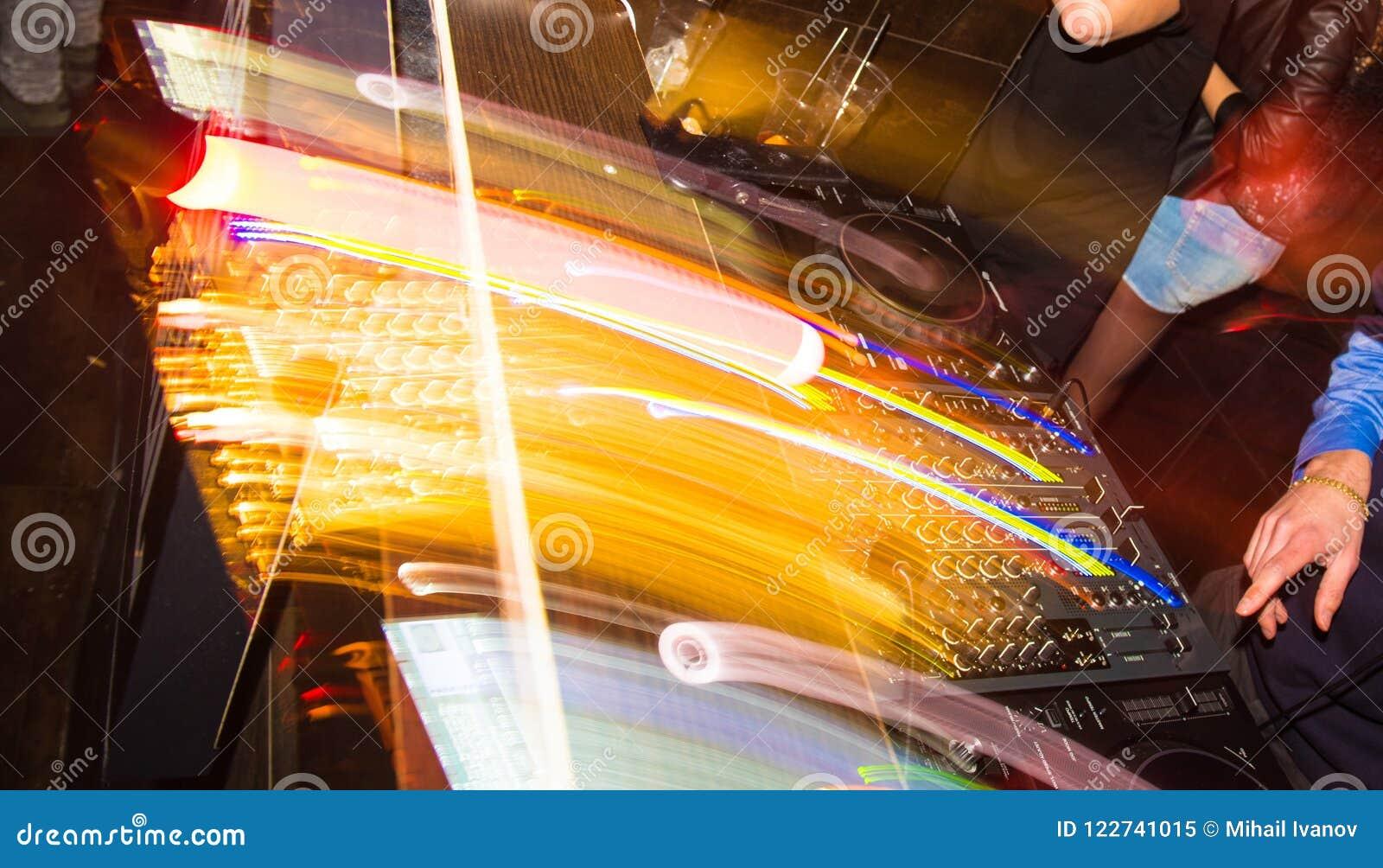 Hände von einem DJ auf der Konsole