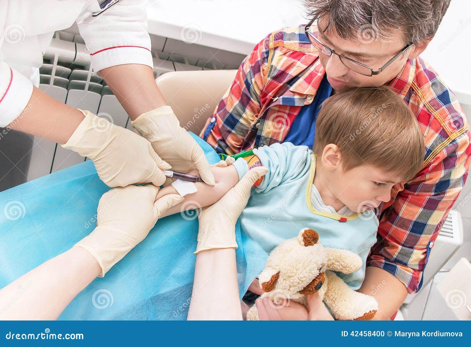Hände von Krankenschwestern sammelt ein Blut von einer Ader vom Kind