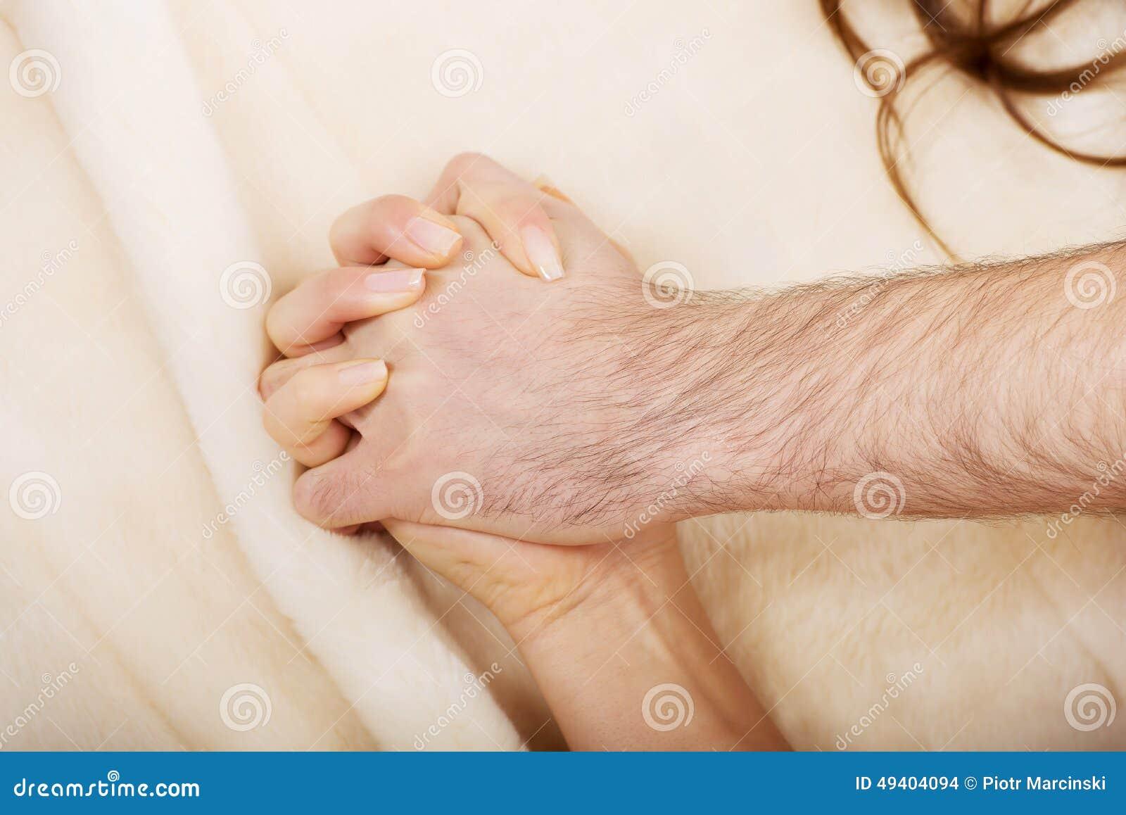 Download Hände Von Weiblichem Und Von Mann Liegend Auf Bett Stockfoto - Bild von intimacy, bettwäsche: 49404094