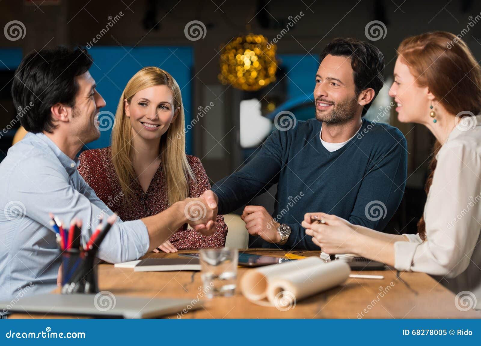 Händedruck nachdem dem Treffen