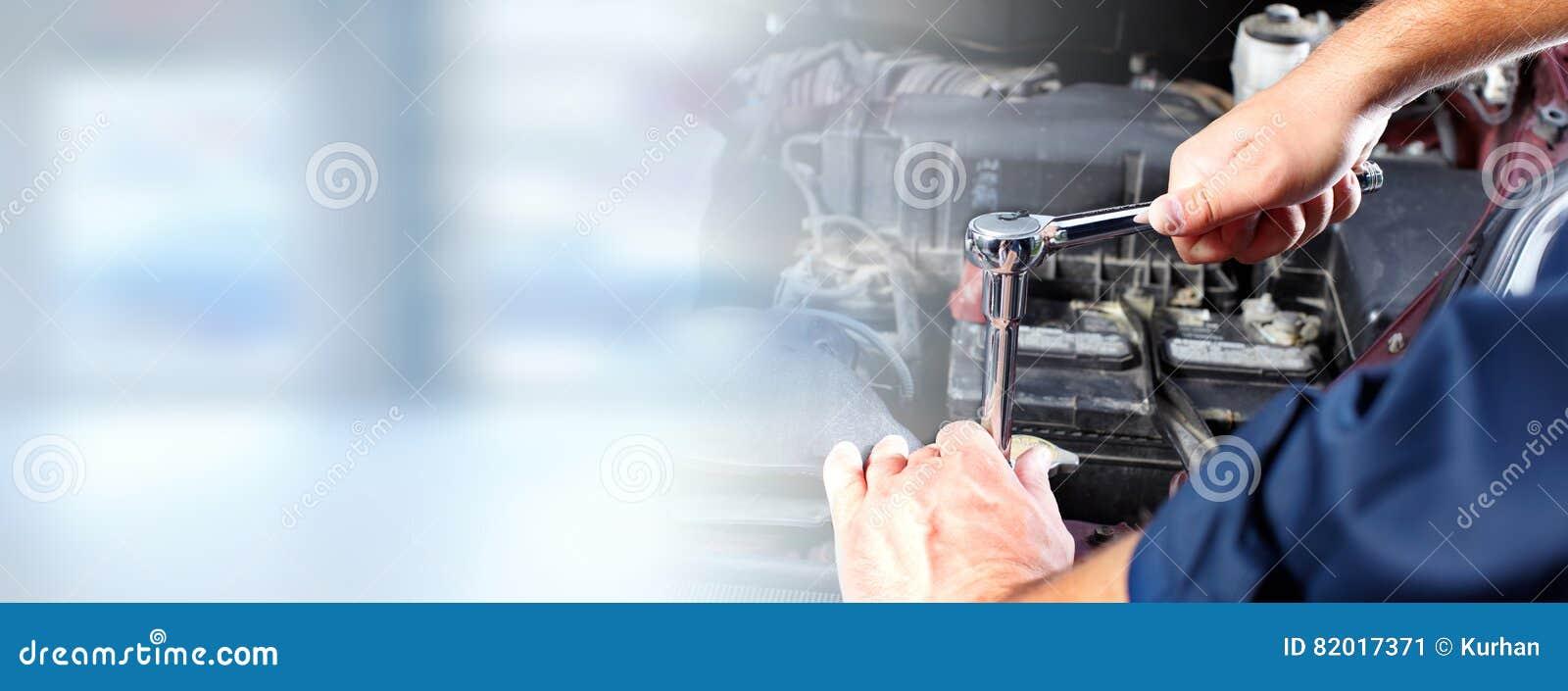 Händer av bilmekanikern i service för auto reparation