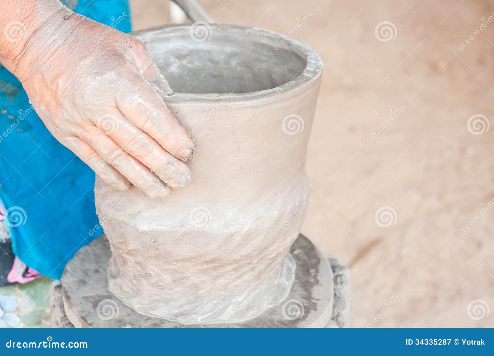Händer av en keramiker