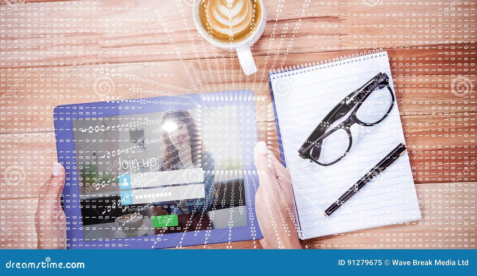 Händer genom att använda den digitala minnestavlan vid bok- och kaffekoppen