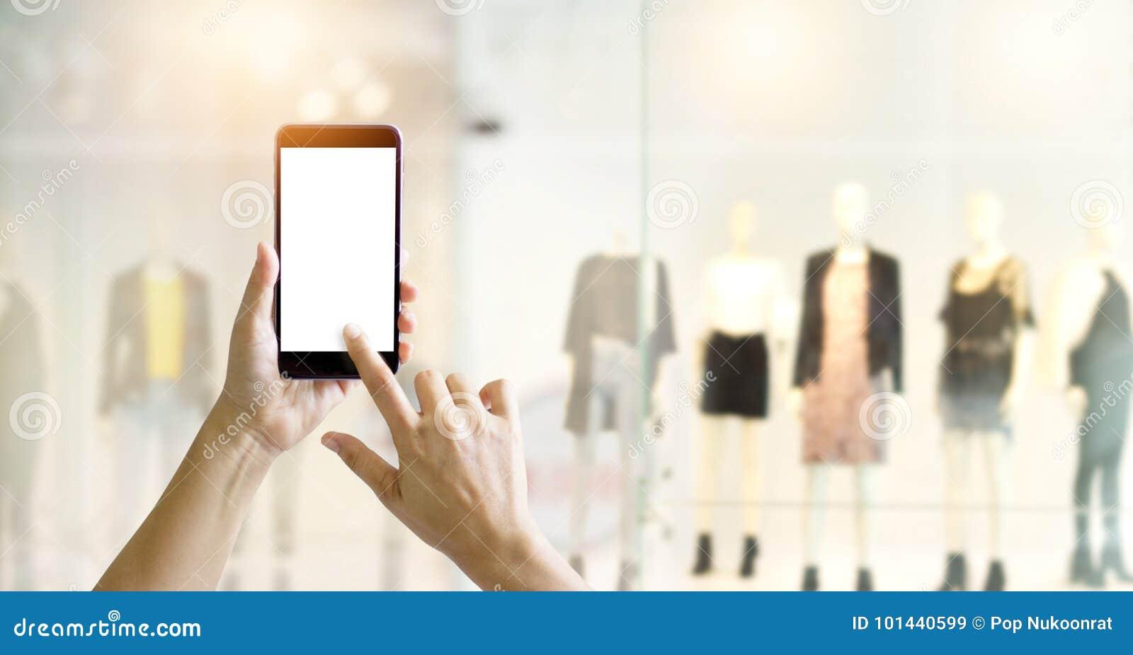 Händer genom att använda den smarta telefonen för online-shopping