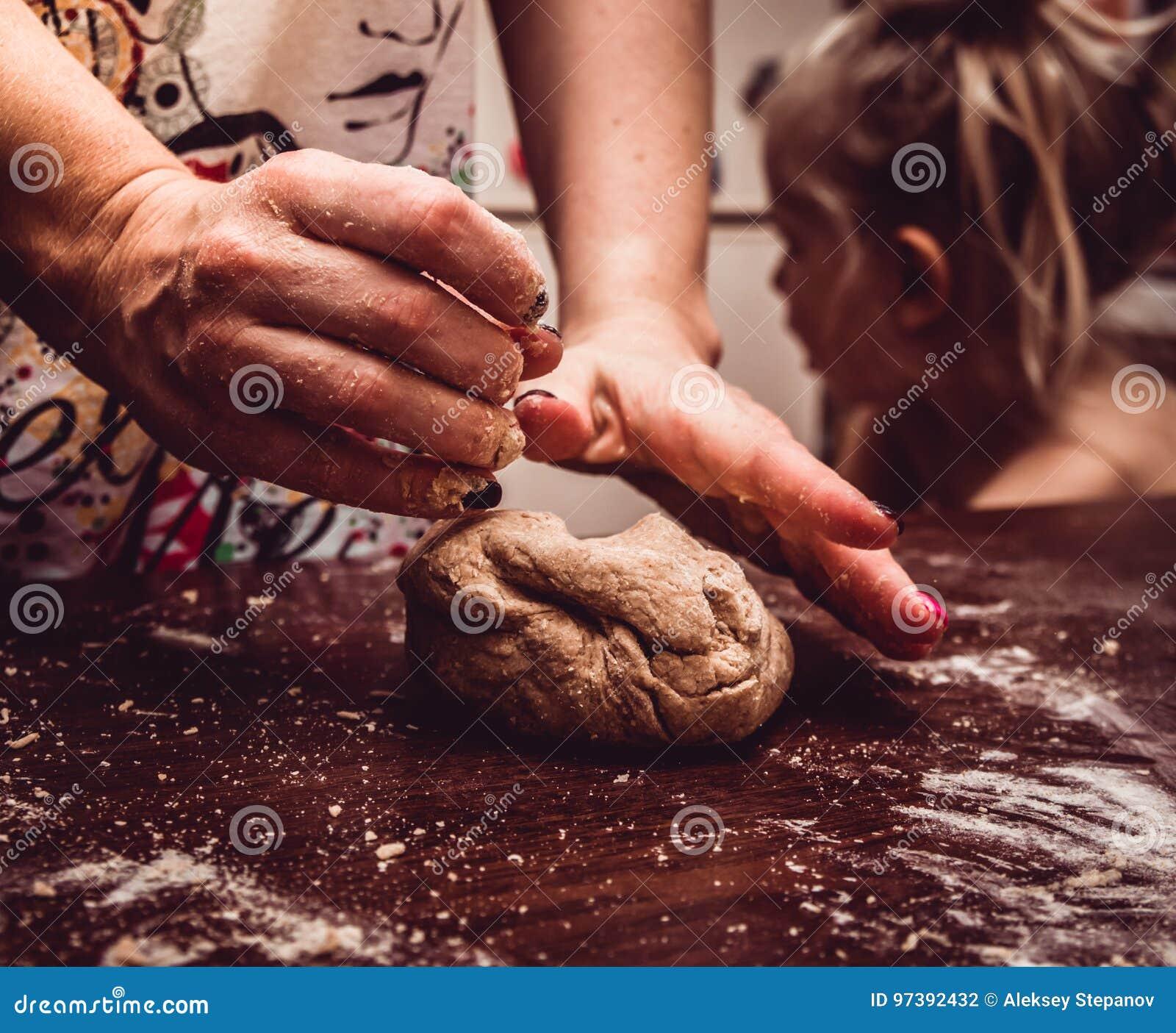 Händer knådar skillfully degen