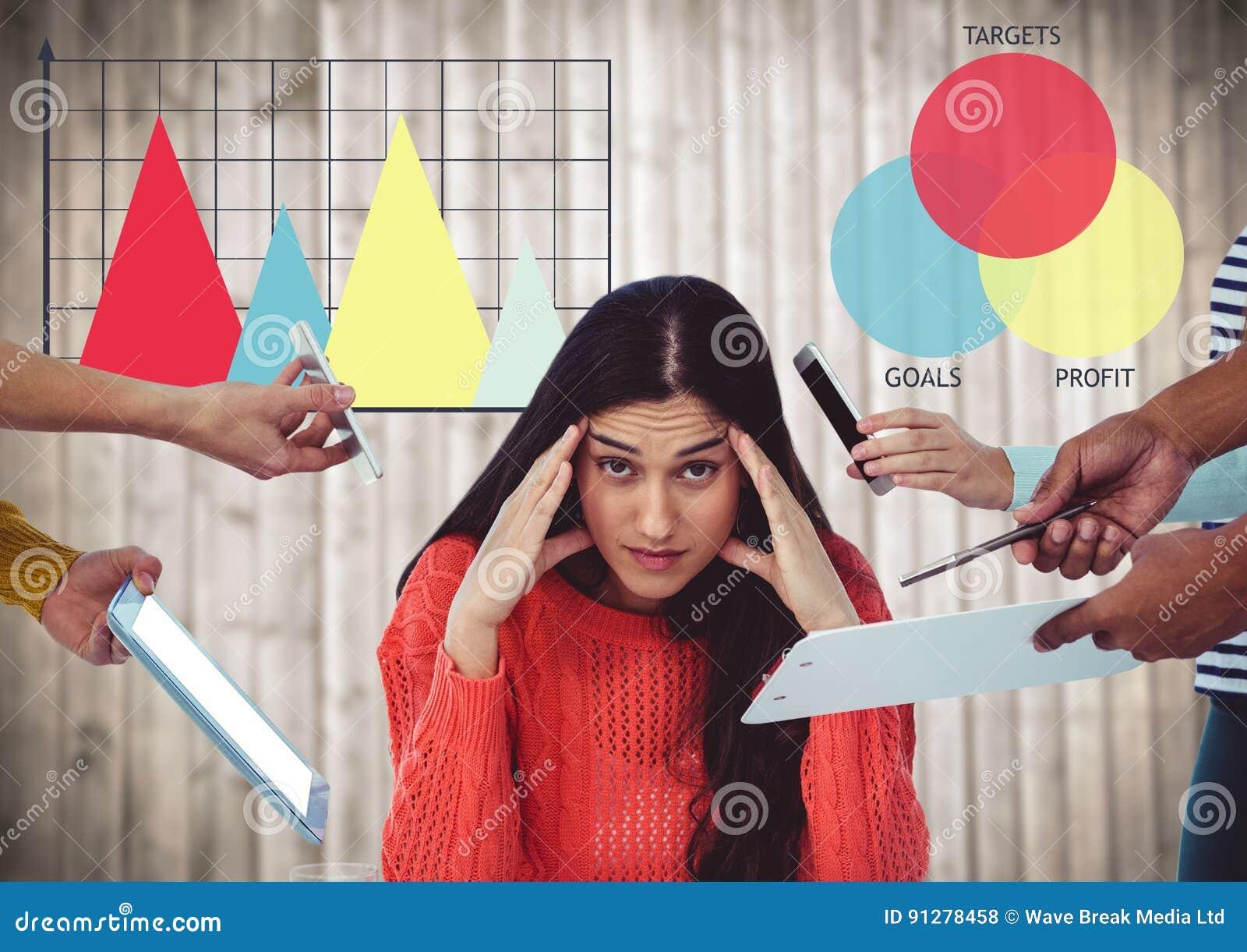Händer med apparater som omger den stressade kvinnan mot färgglade grafer och oskarp wood panel