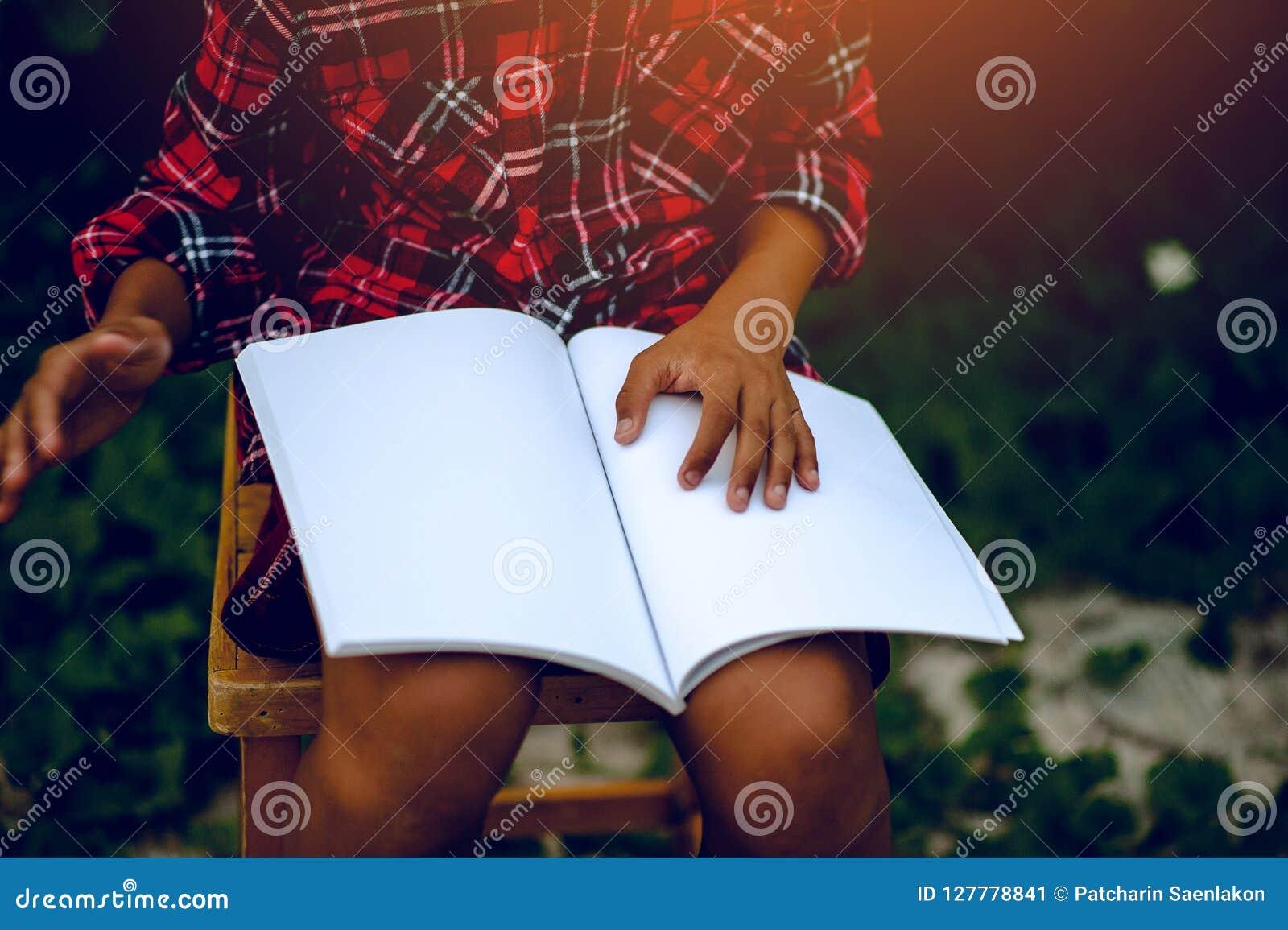 Händer och böcker som läser studien för kunskap barnen, är har