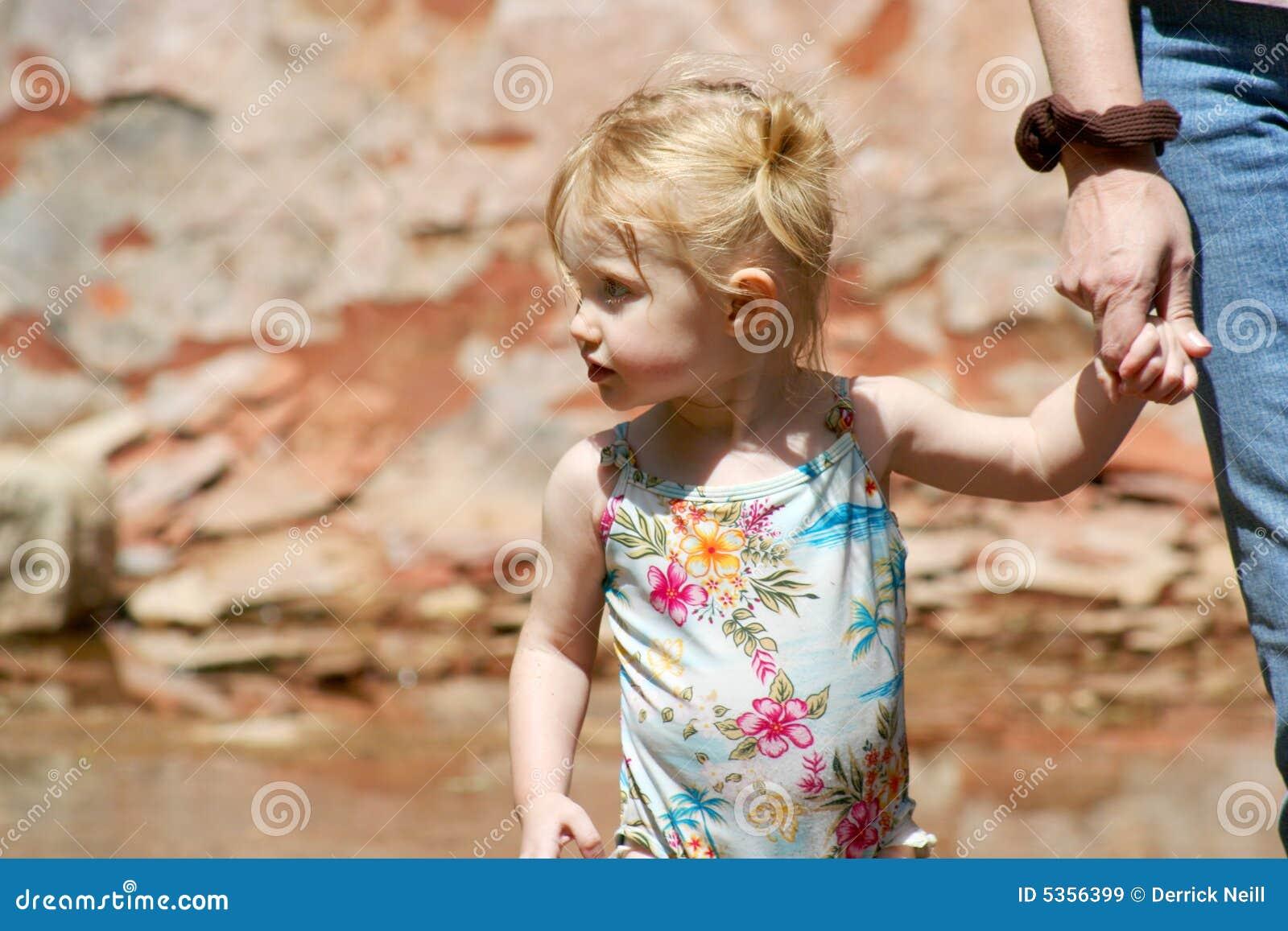 Händer rymmer gammalt två år för mommy
