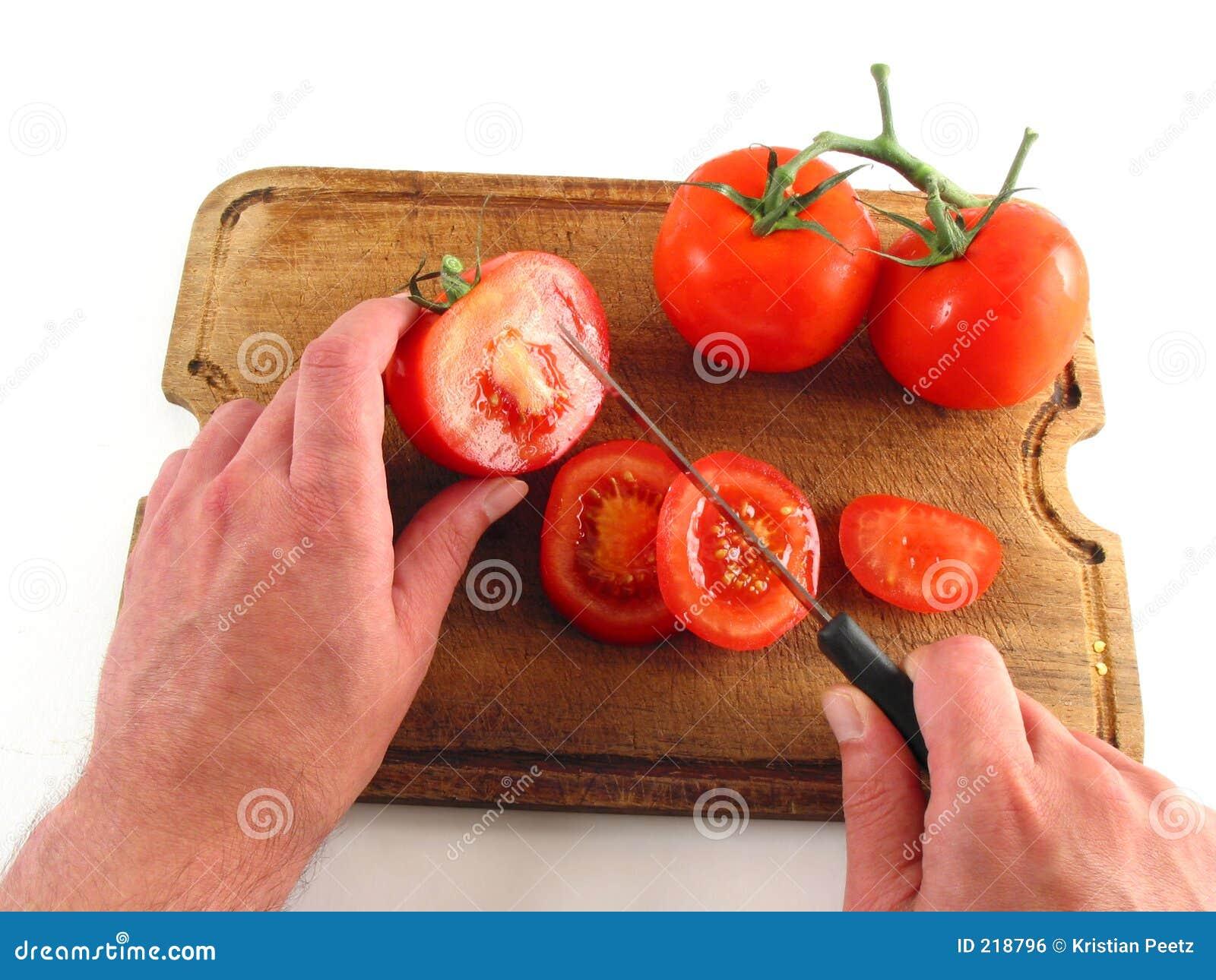 Händer som förbereder tomater