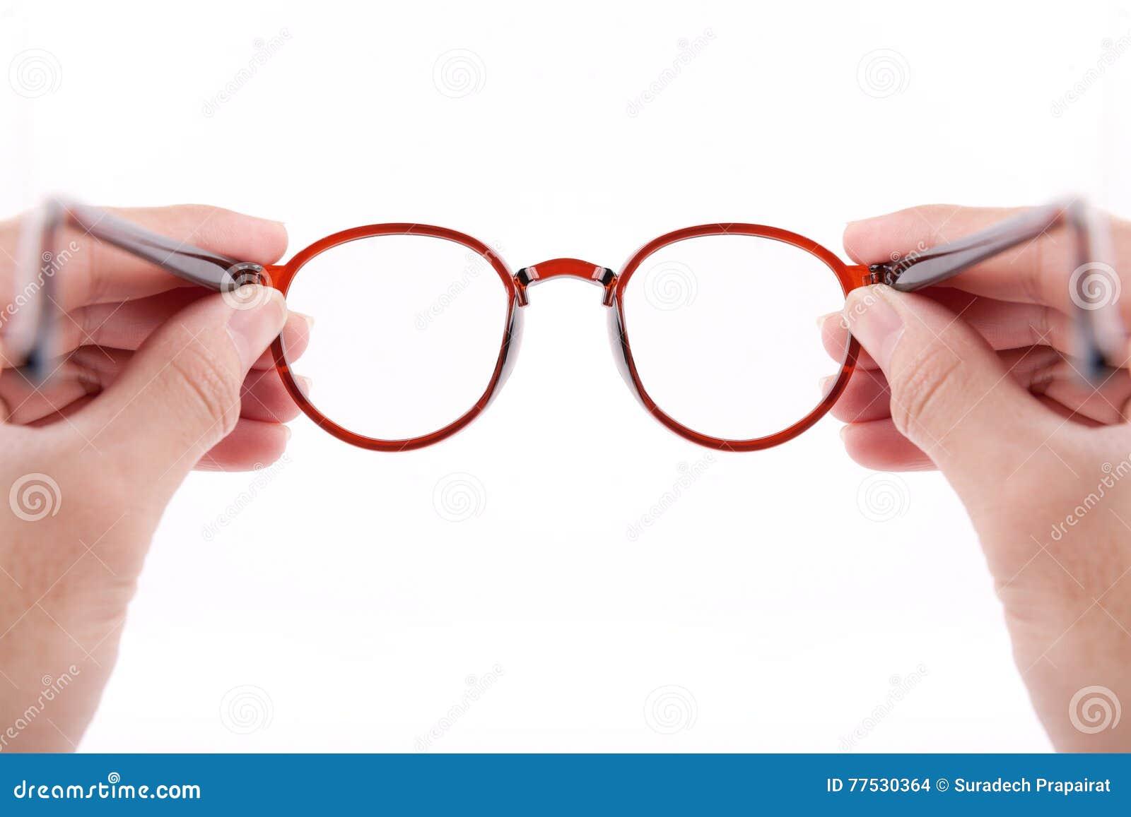 Händer som rymmer bruna exponeringsglas