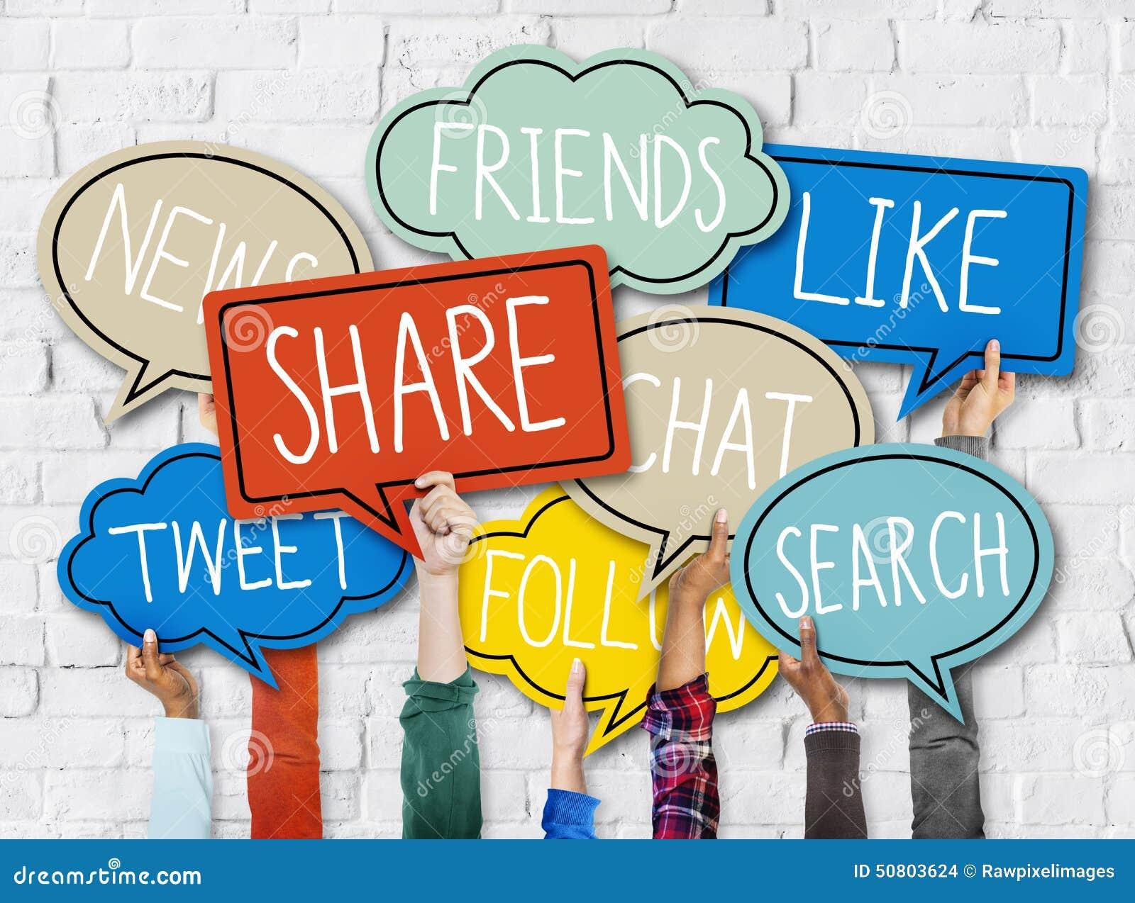 Händer som rymmer färgrikt anförande, bubblar socialt massmediabegrepp