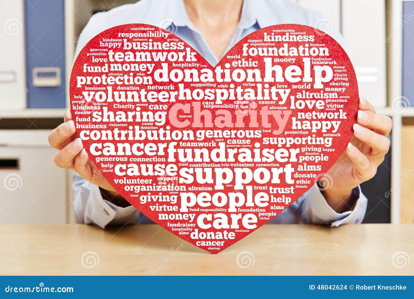 Händer som rymmer hjärta med välgörenhetetikettsmolnet