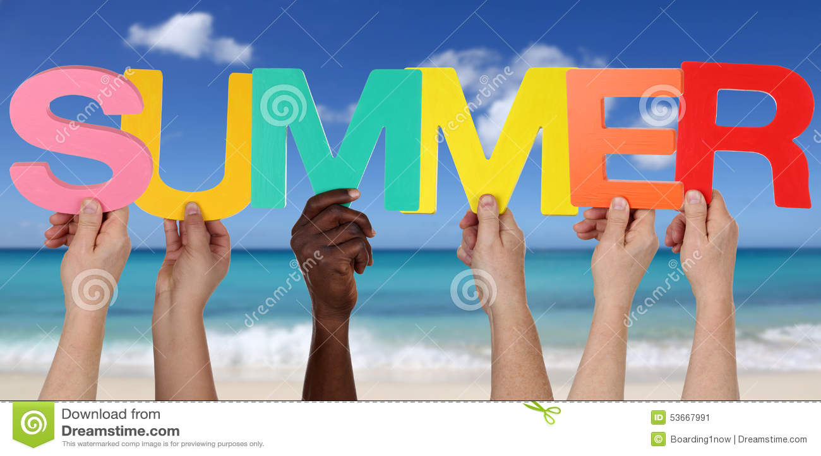 Händer som rymmer ordsommaren på stranden i semester