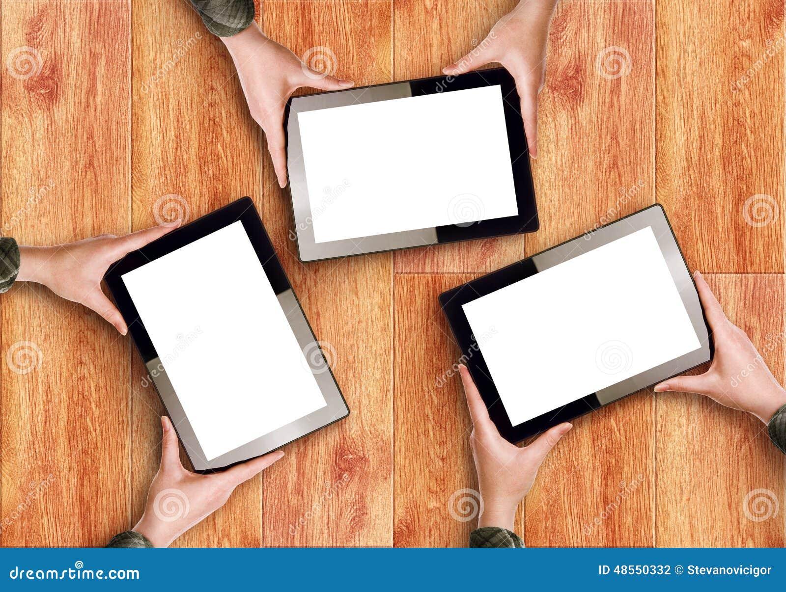 Händer som rymmer tre Digital minnestavladatorer