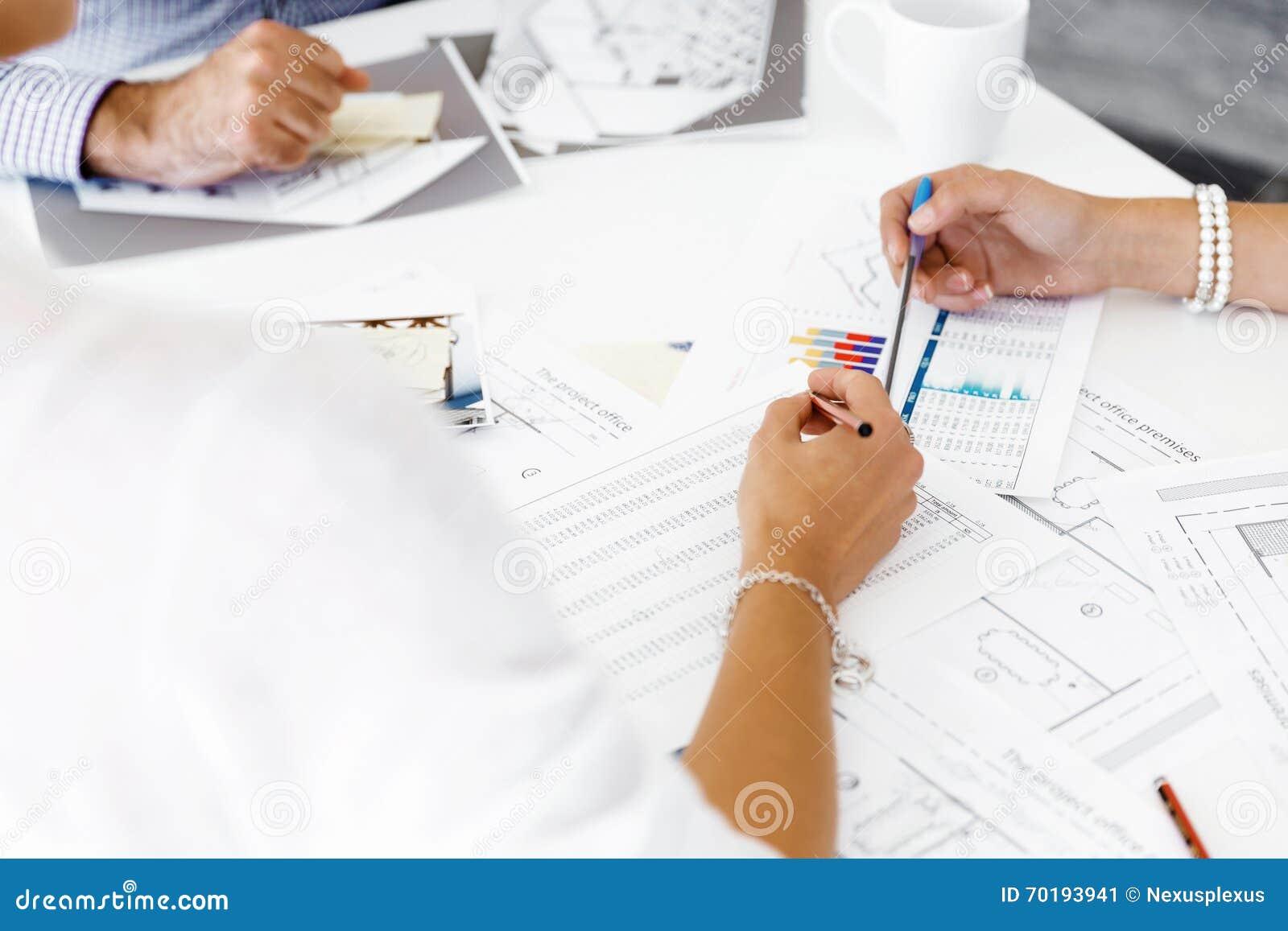 Händer som skriver på papper