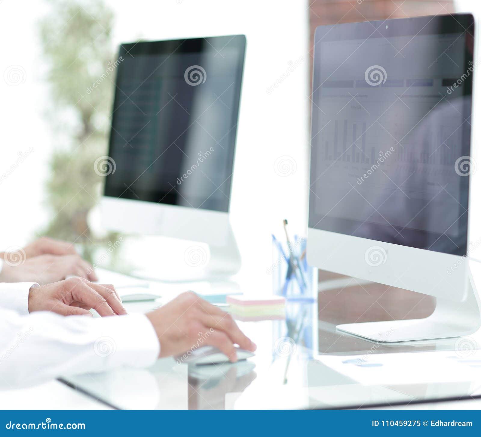 Händer som skriver text på datortangentbordet suddig affärsbakgrund