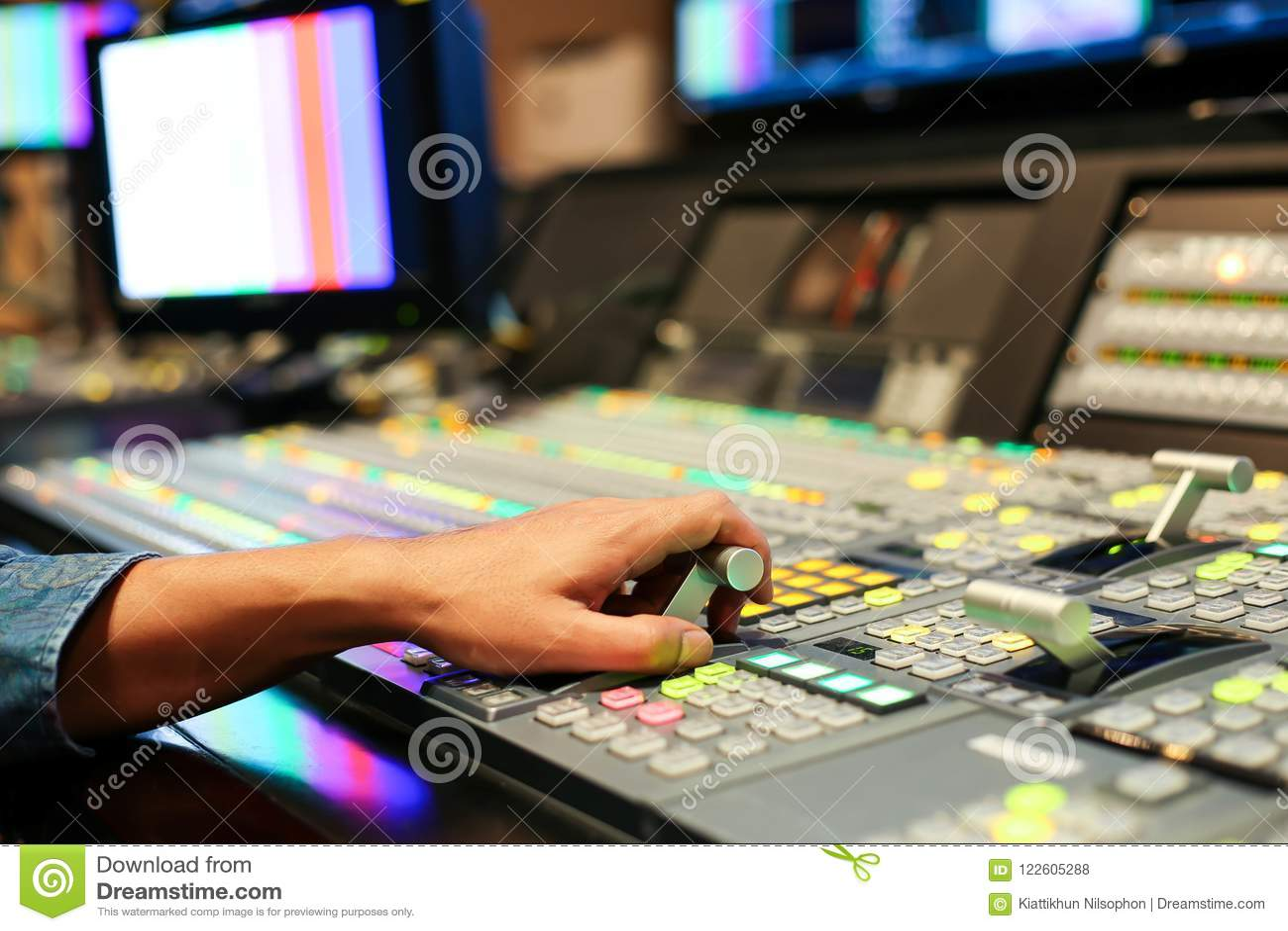 Händer upplöser på av Switcherknappar i studioTV-station, Audi