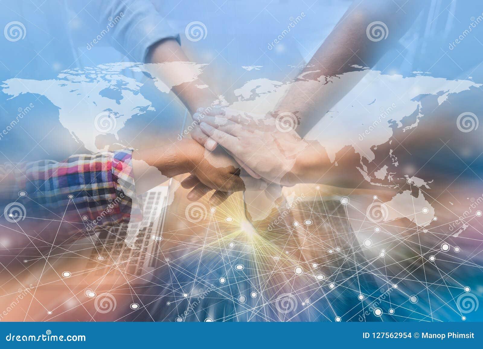 Händer var ett samarbetsbegrepp av teamwork med teknologi e