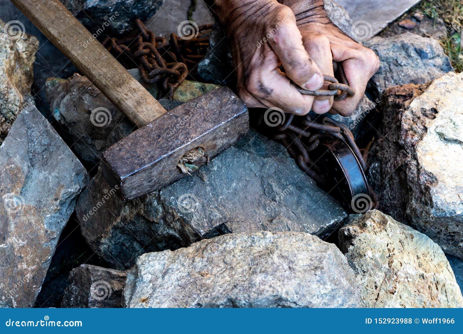 Händerna av en slav i ett försök att släppa Symbolet av slav- arbete H?nder i kedjor