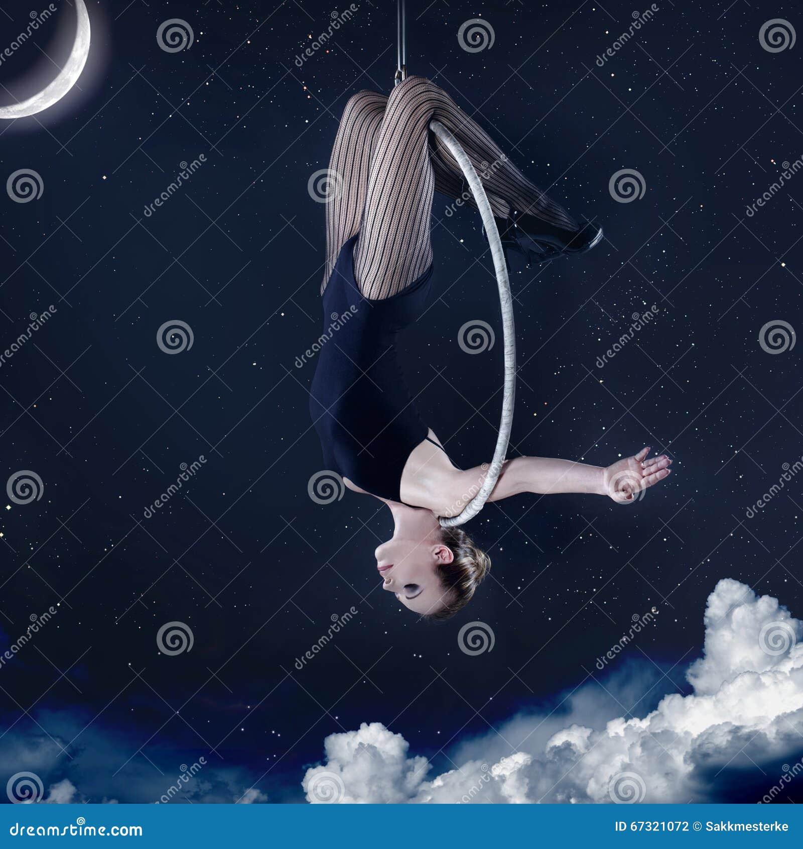 Hänga för kvinna som är uppochnervänt på flyg- beslag på natten