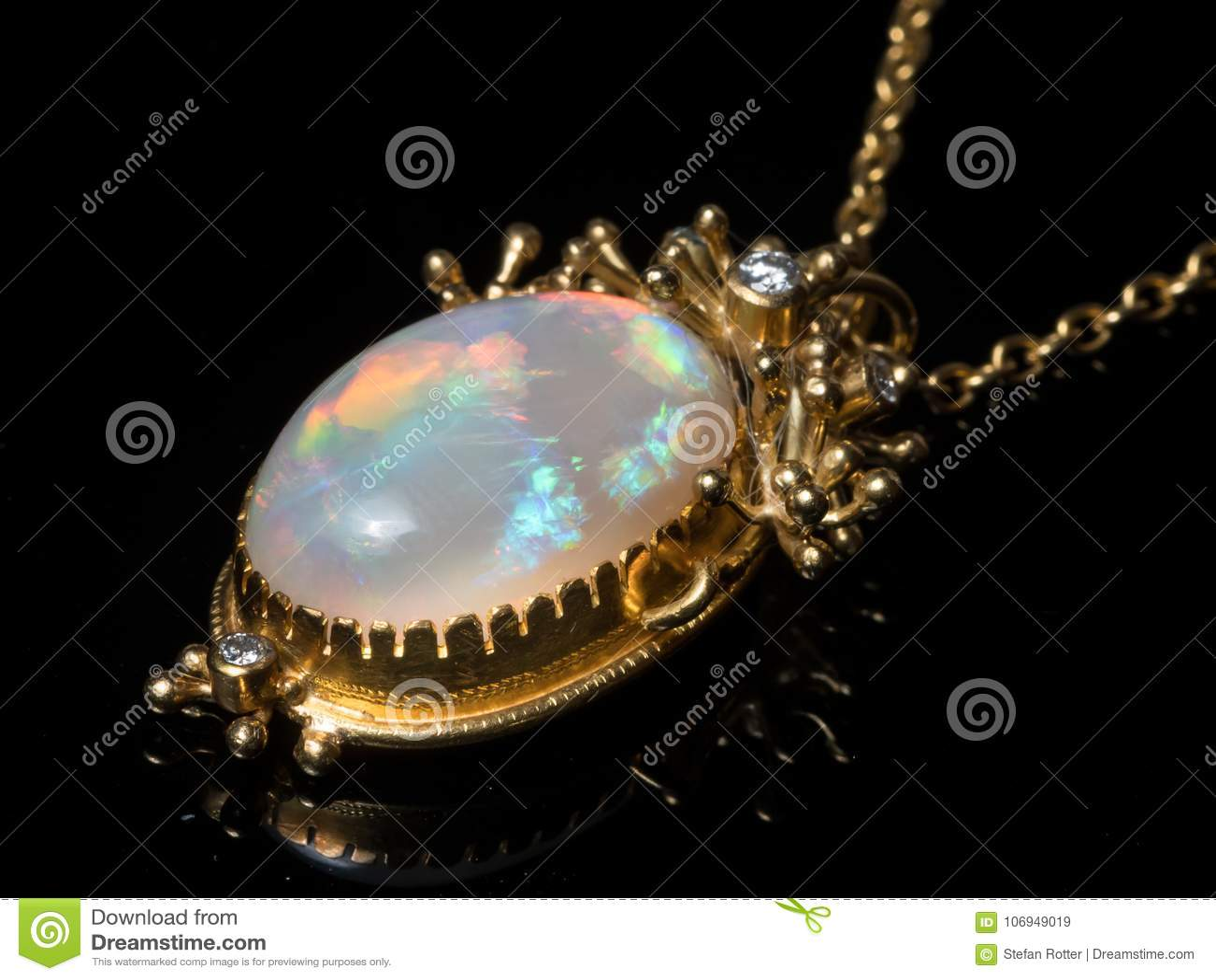 Hänge av en halsband som göras av guld, opalgemstone