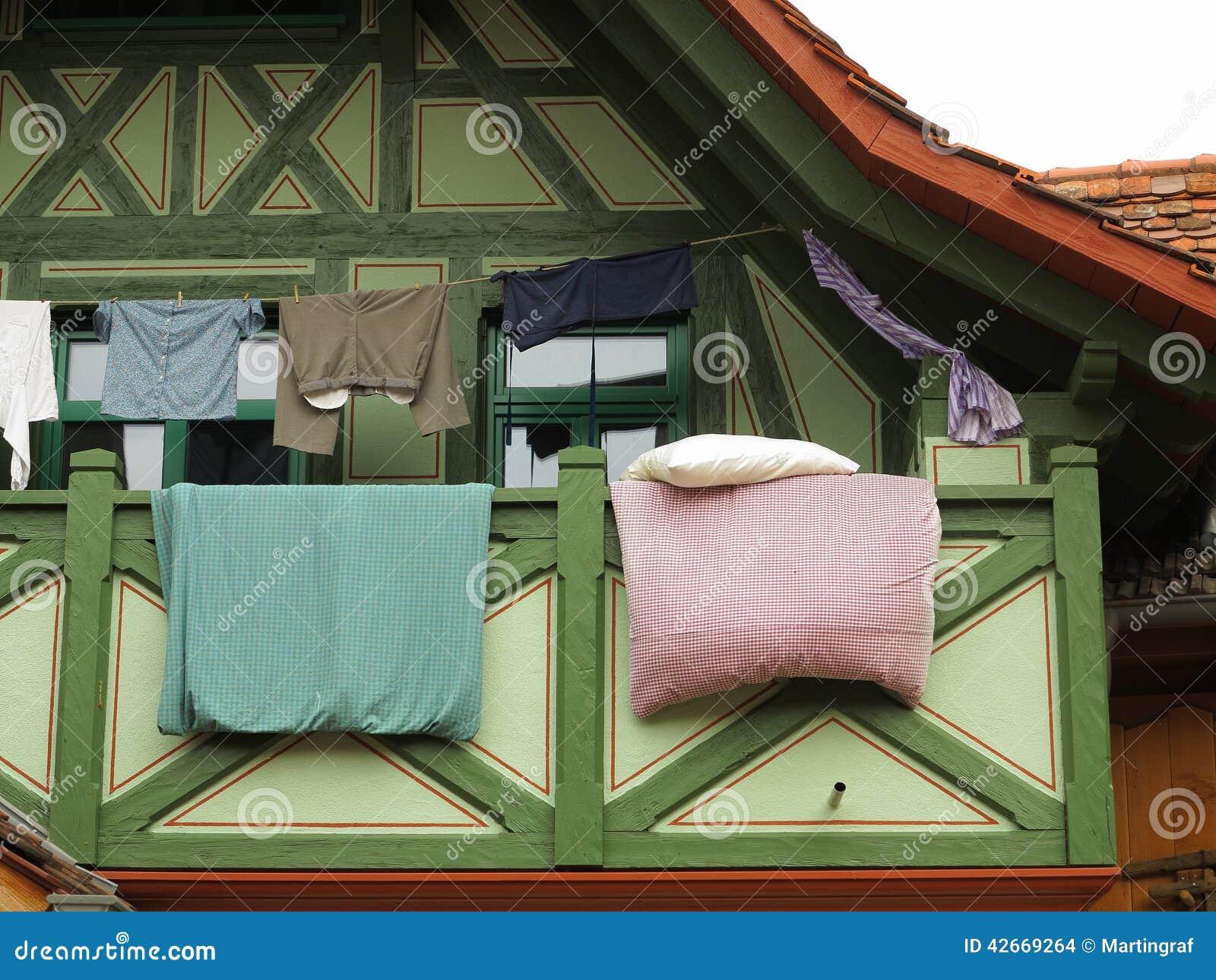 Hangende Kleidung Und Bettwasche Uber Balkon Stockfoto Bild Von