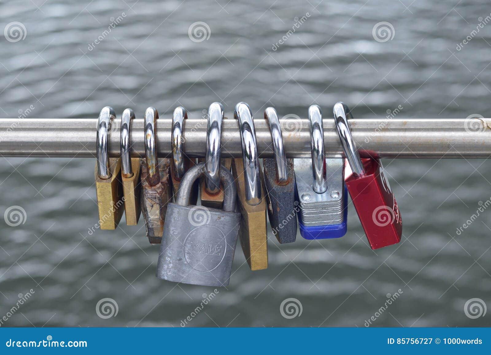Hänglås- eller förälskelselåshängning från en bro