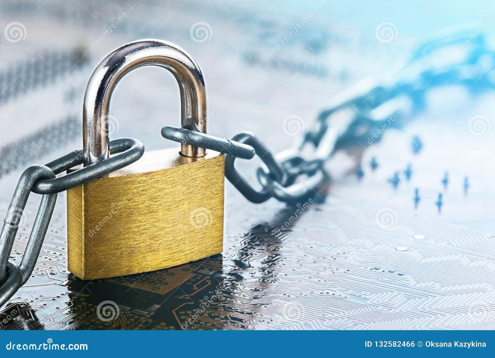 Hänglås med kedjan på elektroniskt bräde för utskrivaven strömkrets DET internetskydd, datorsäkerhet Nätverkssäkerhet, datasäkerh