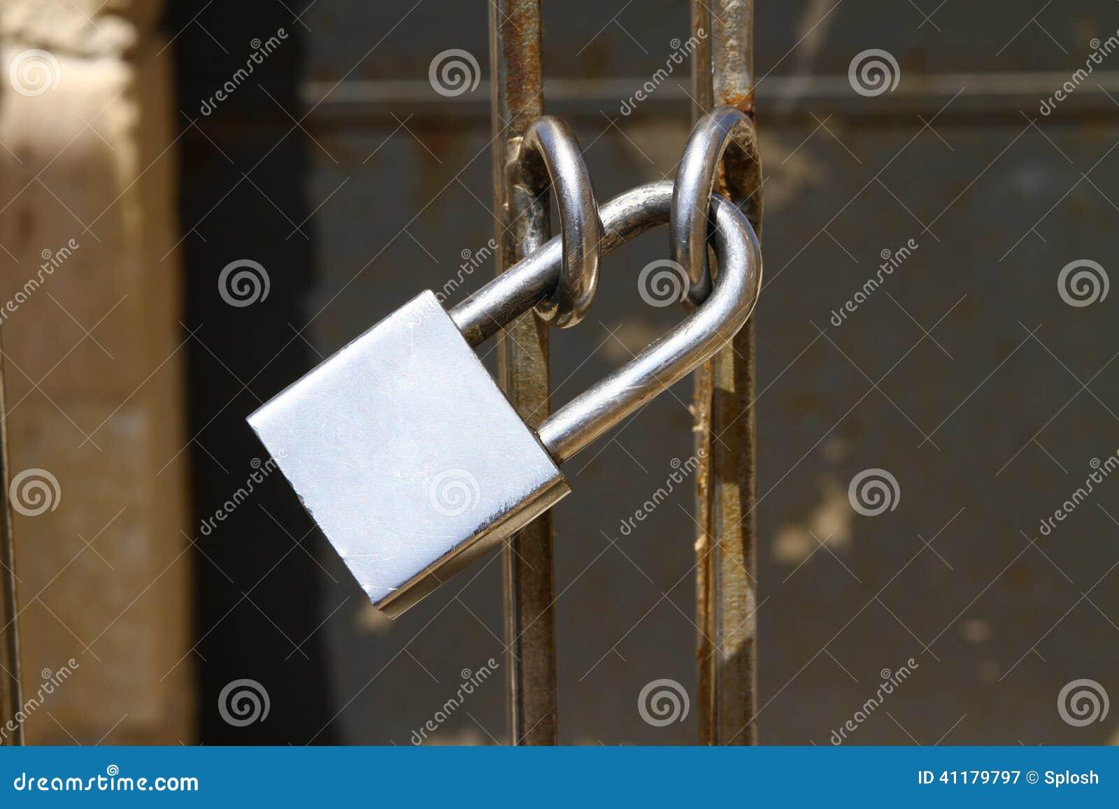 Hänglås på porten