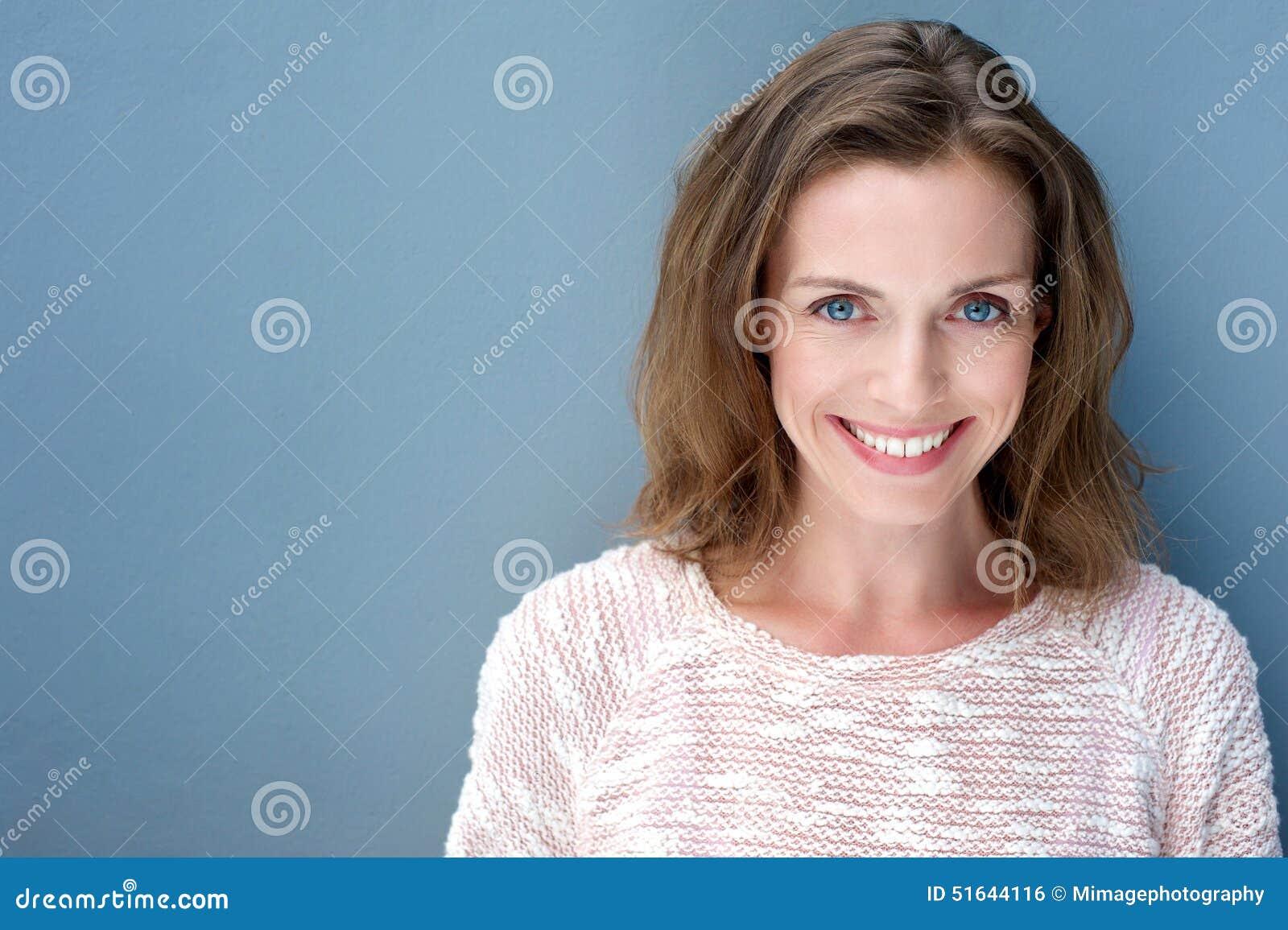 Härlig äldre kvinna som ler med tröjan