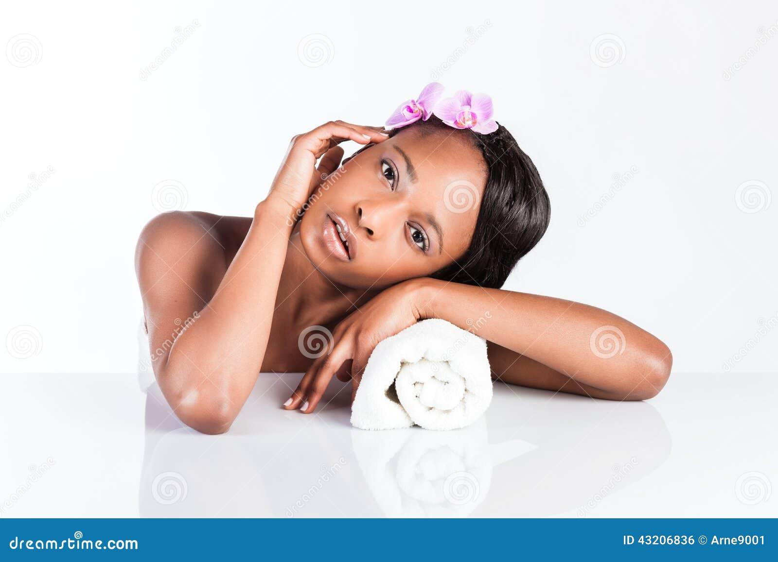 Download Härlig Afrikansk Kvinna I Studio Med Handduken Arkivfoto - Bild av omsorg, tvätt: 43206836