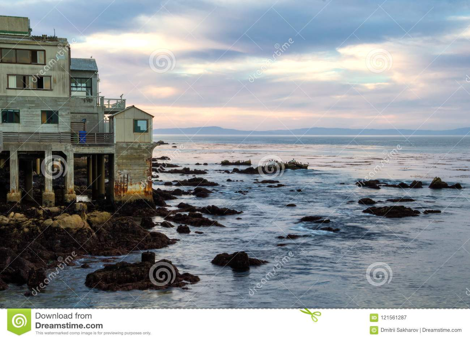 Härlig aftonhimmel och gamla kust- byggnader i Monterey, Kalifornien