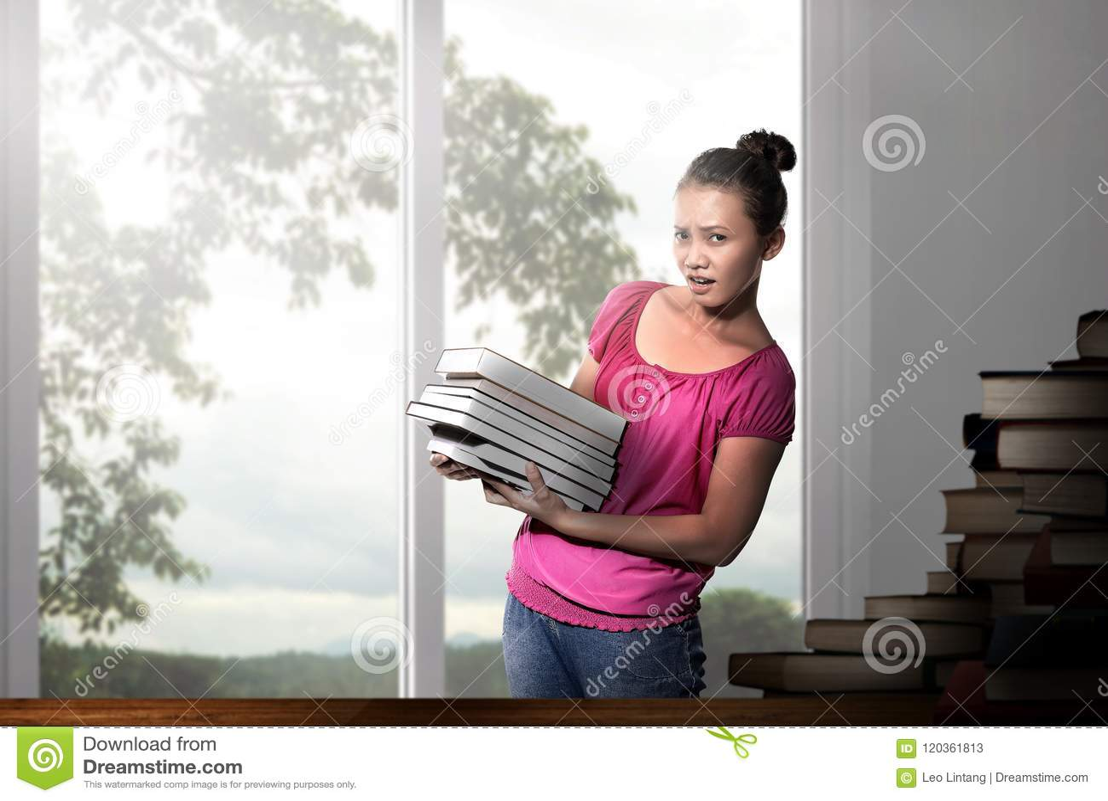 Härlig asiatisk kvinna med böcker