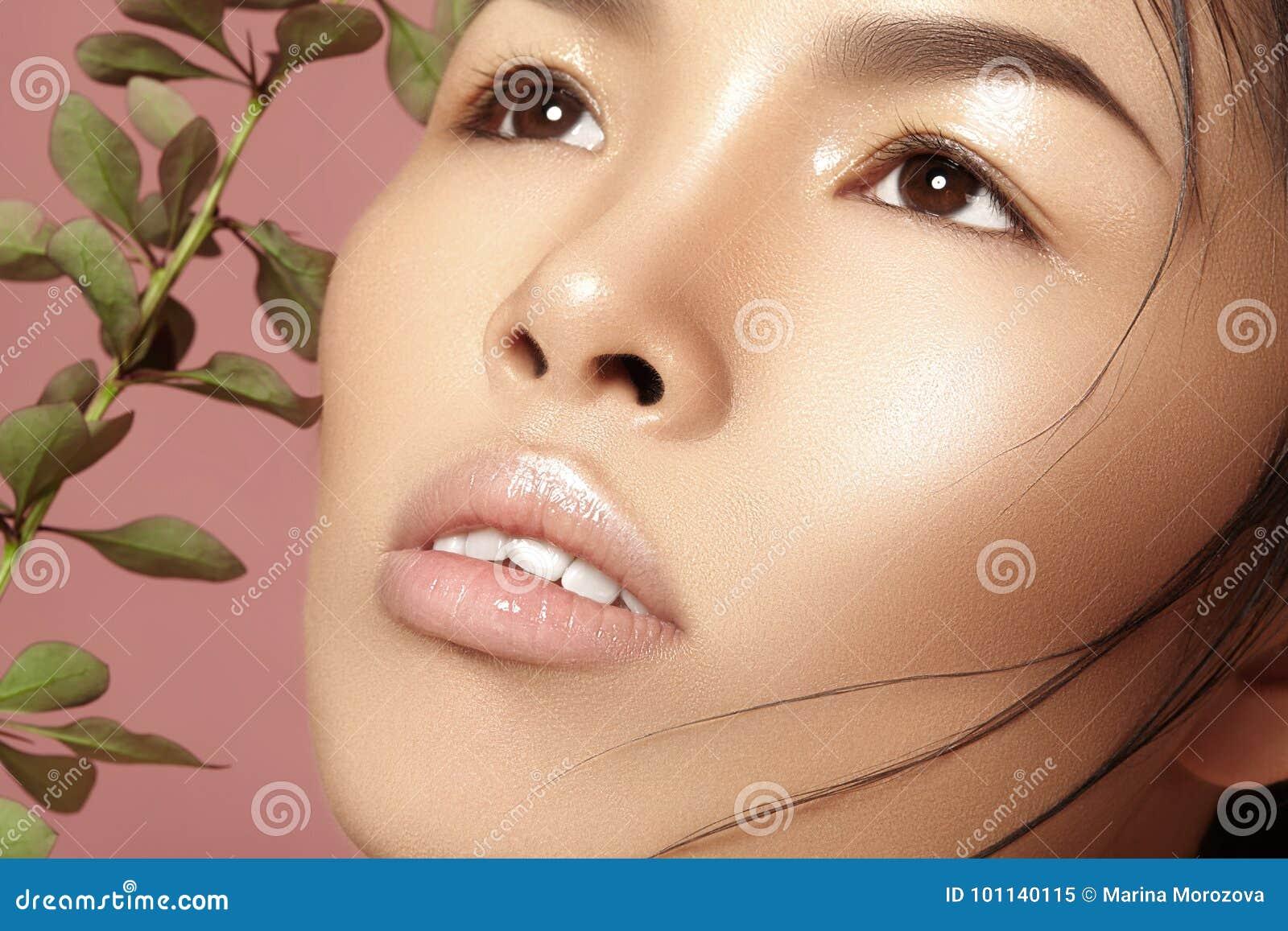 Härlig asiatisk kvinna med ny daglig makeup Vietnamesisk skönhetflicka i brunnsortbehandling med den near framsidan för gröna bla