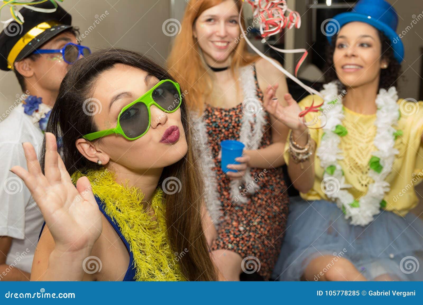 Härlig asiatisk kvinna på det Carnaval partiet i Brasilien Flickan är s