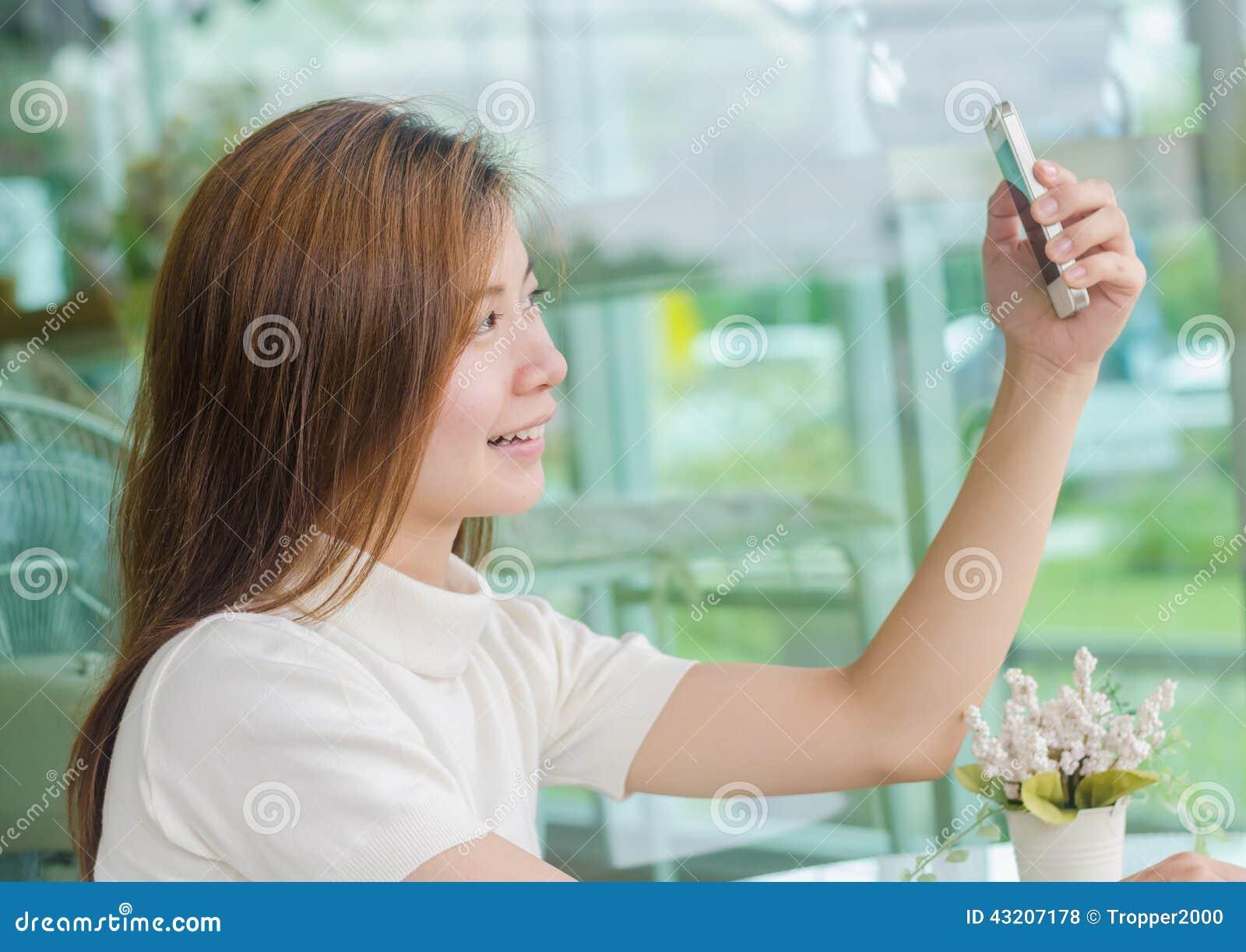 Download Härlig Asiatisk Kvinna Som Använder En Smartphone Arkivfoto - Bild av modernt, härlig: 43207178