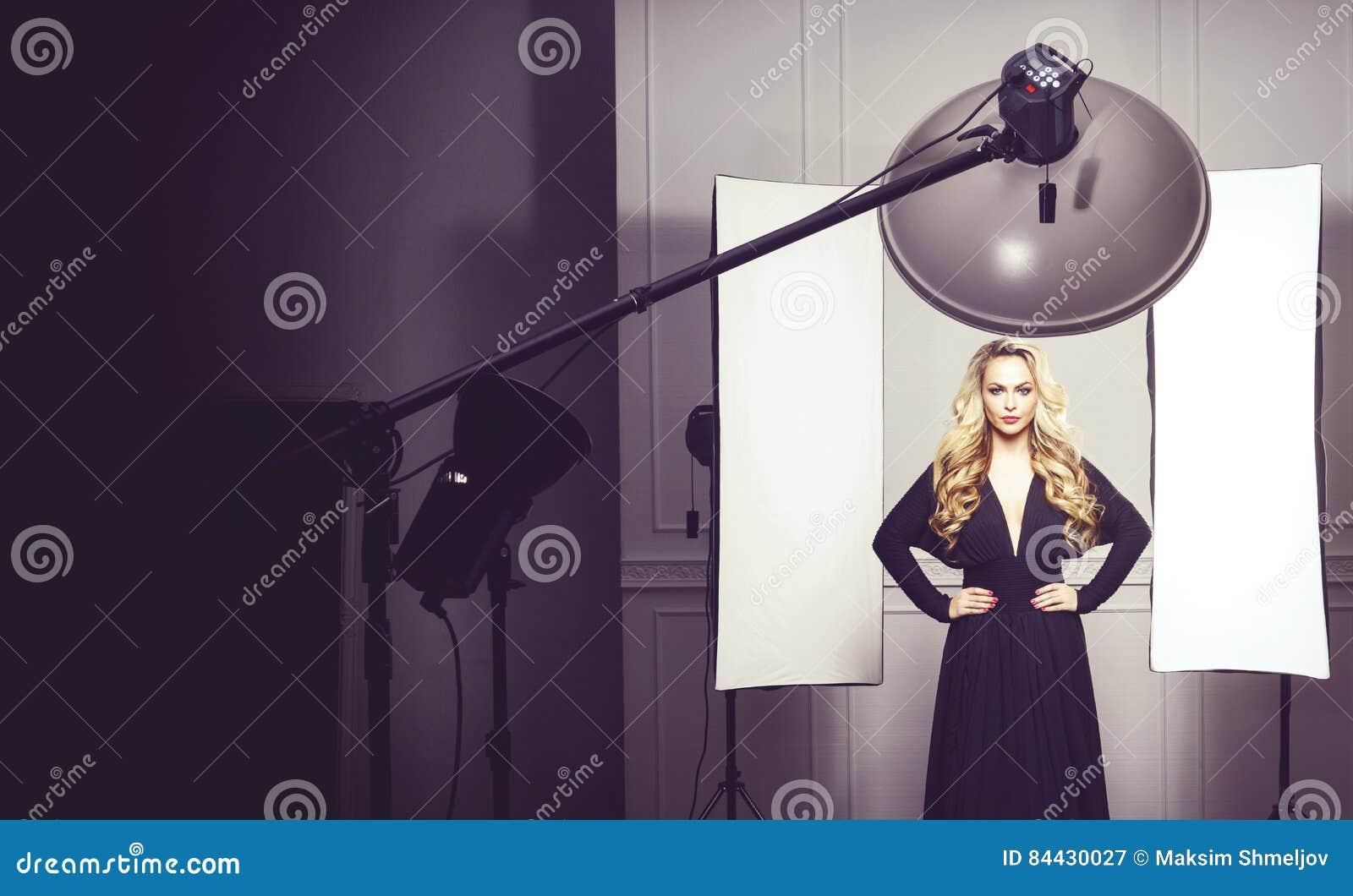 Härlig attraktiv modell som poserar i en svart klänning