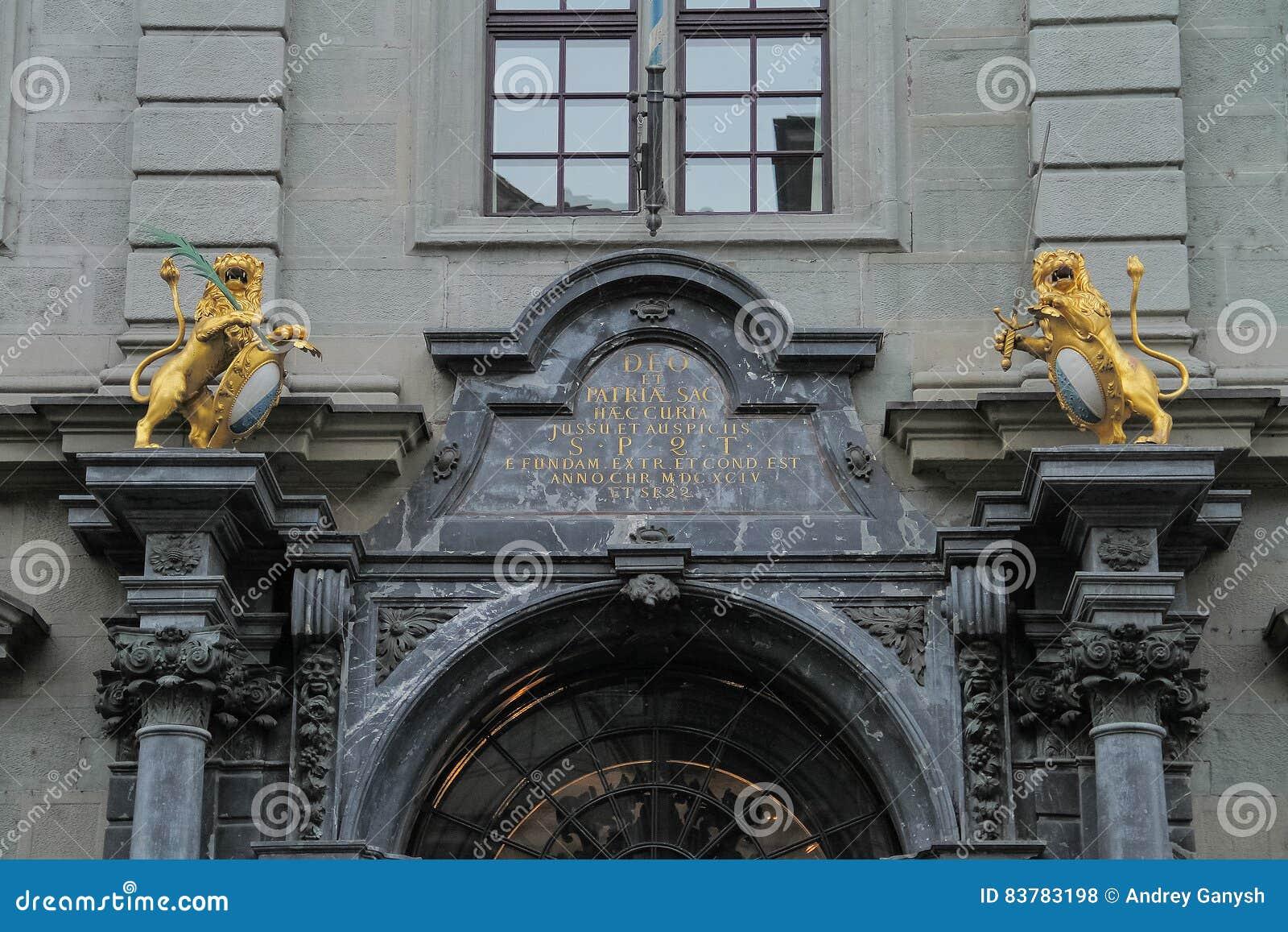 Härlig båge och staty ovanför porten av byggnaden