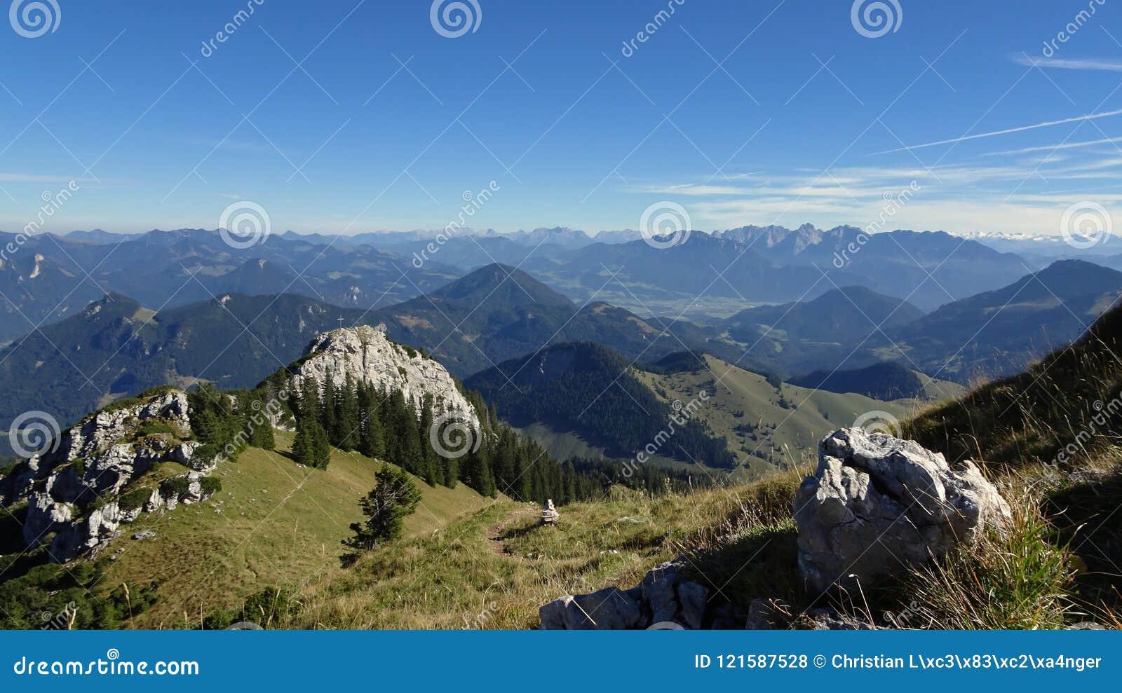 Härlig bergpanorama i sydlig Tyskland på Wildalpjoch i höst