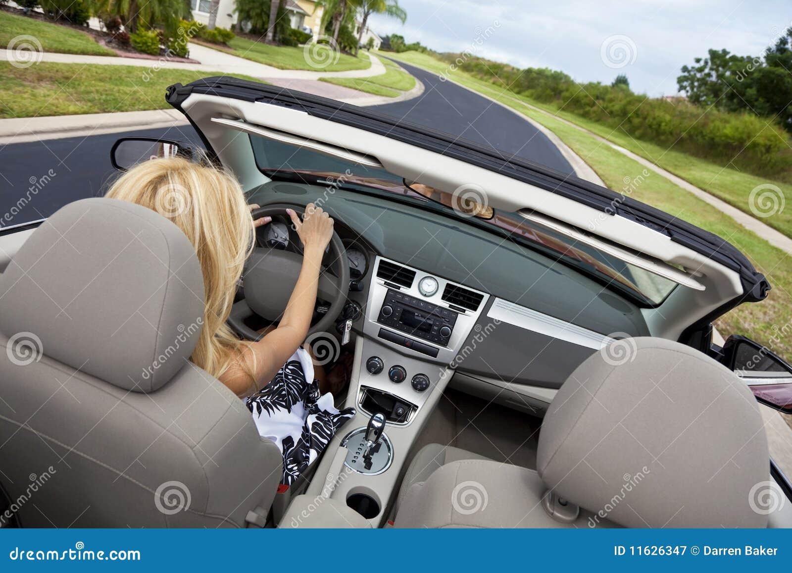 Härlig bilcabriolet som kör kvinnabarn