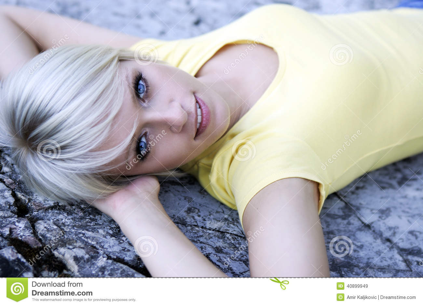 Härlig blåögd blond kvinna