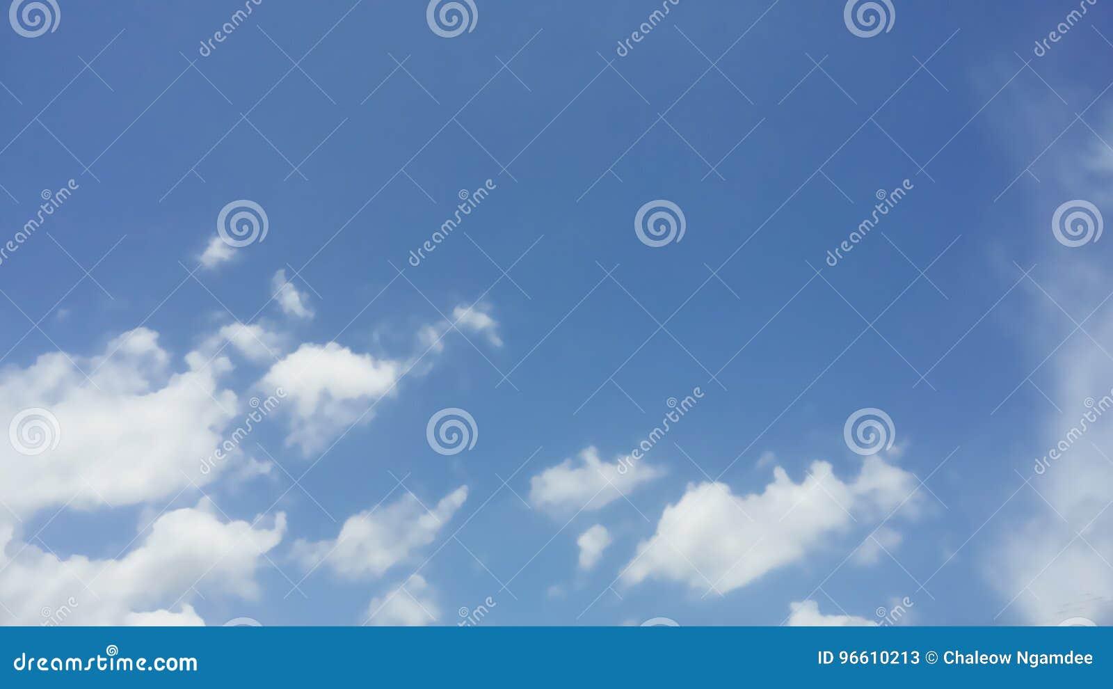 Härlig blå sky