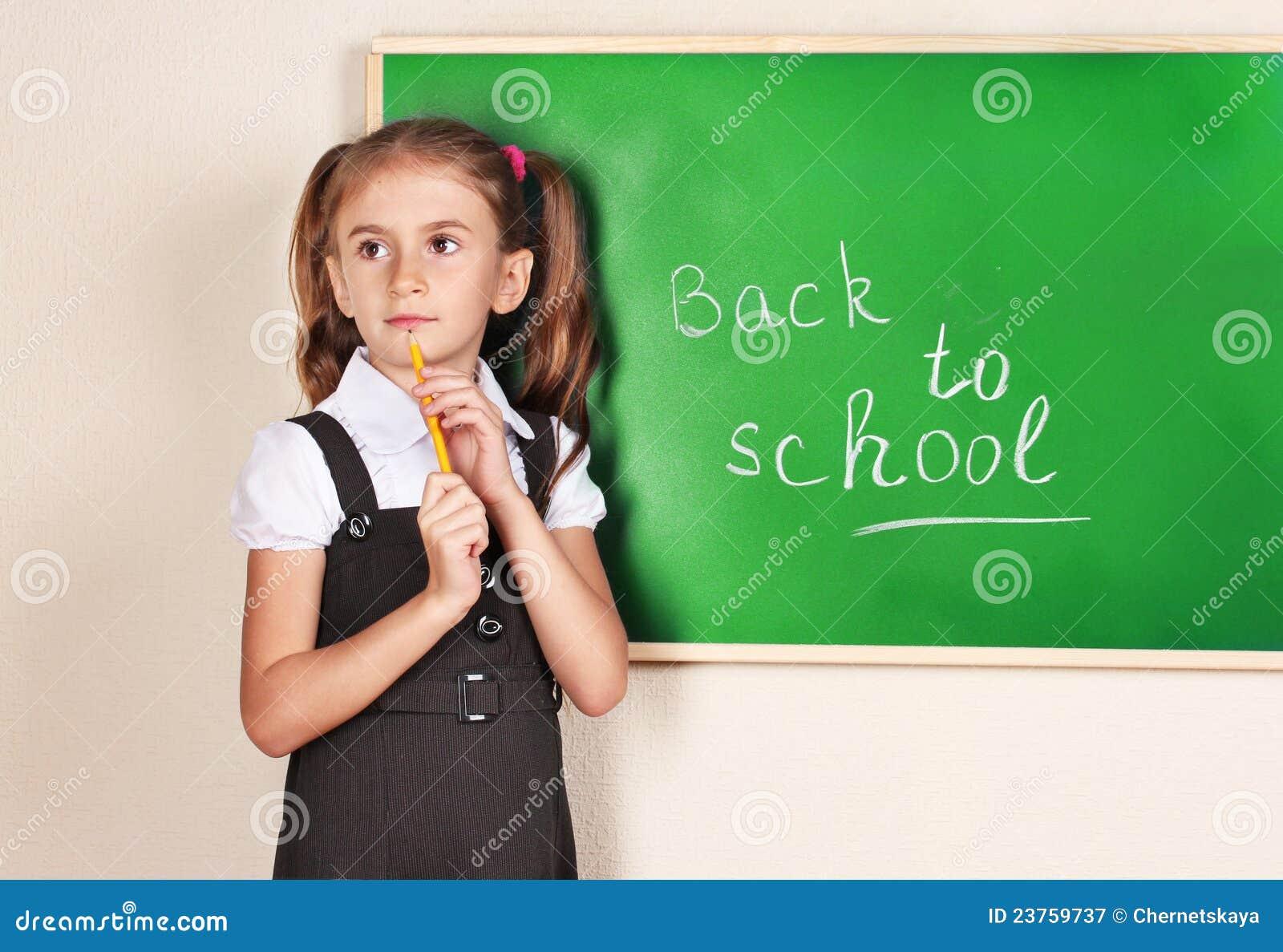 Härlig blackboardflicka little near standing