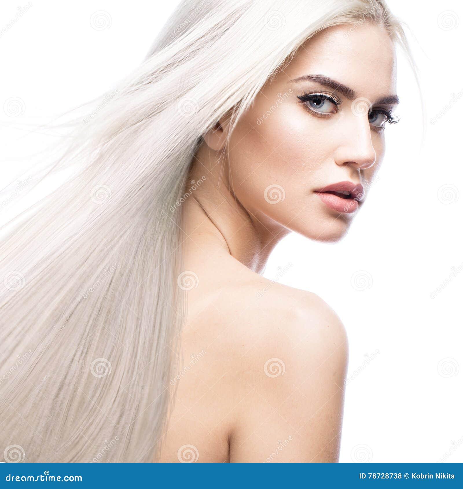 Härlig blond flicka i flyttning med ett perfekt slätt hår och klassiskt smink Härlig le flicka