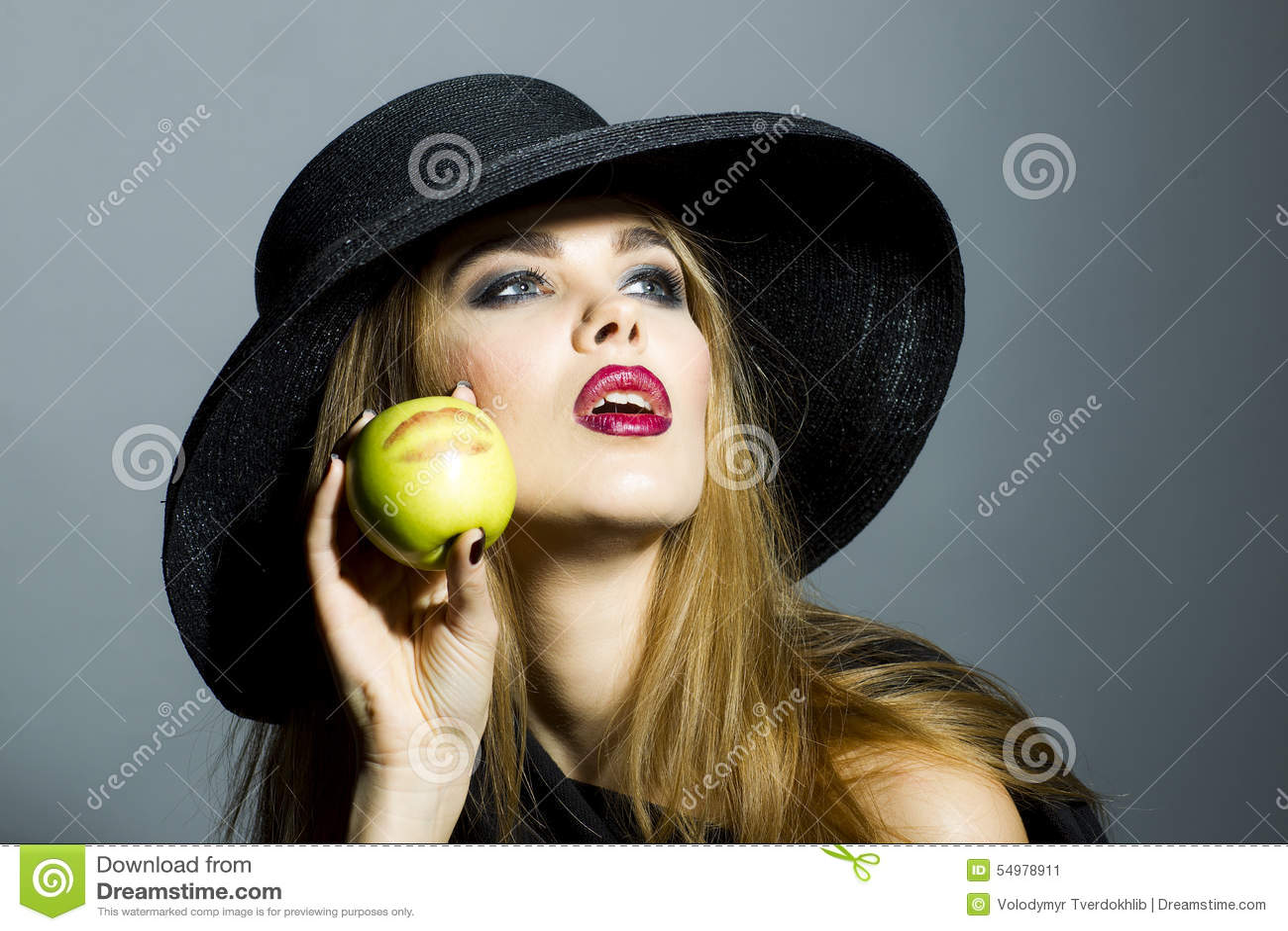 Härlig blond flicka med äpplet